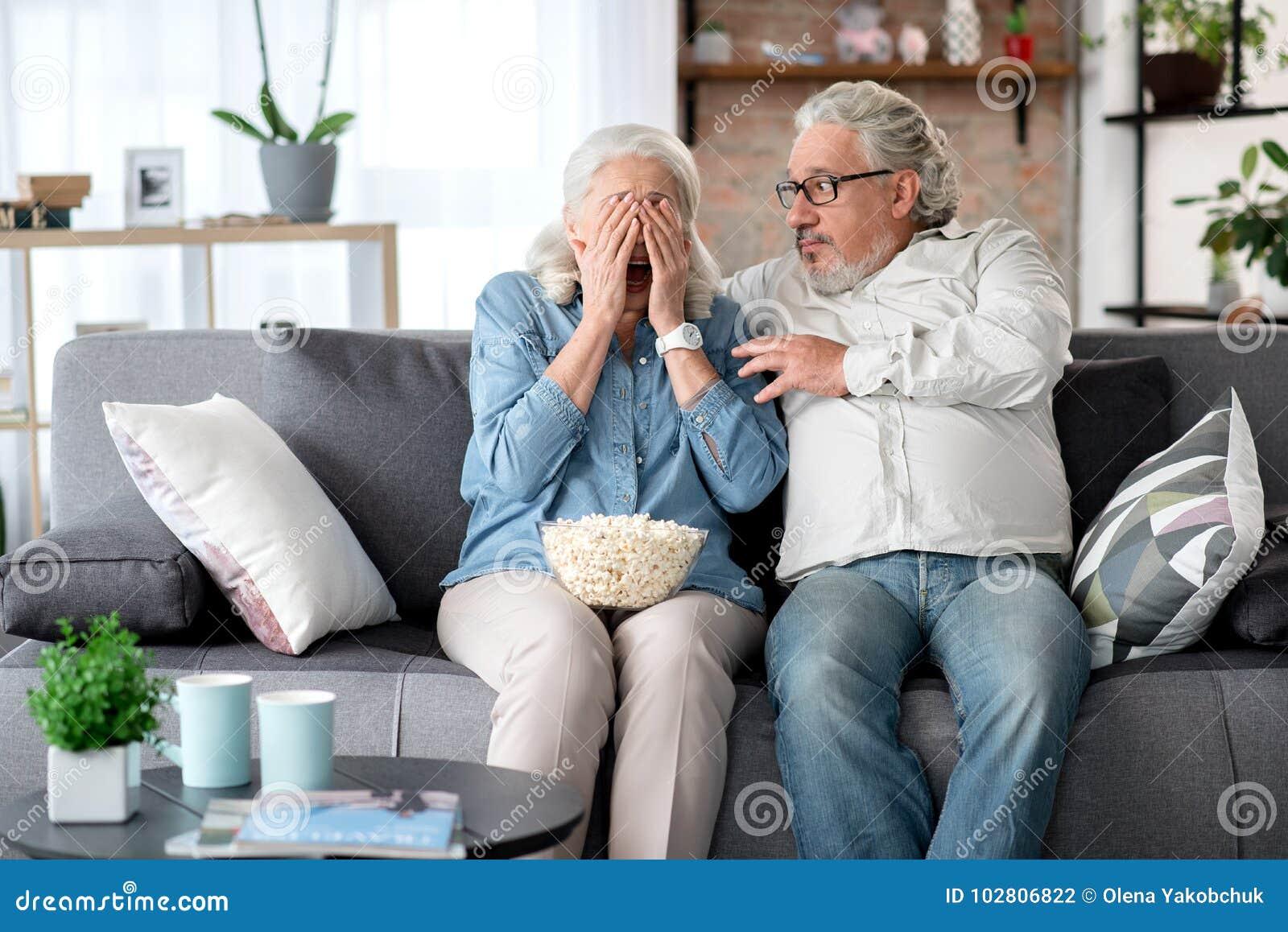 Programa aterrorizado de observación entretenido casado maduro de la pareja TV