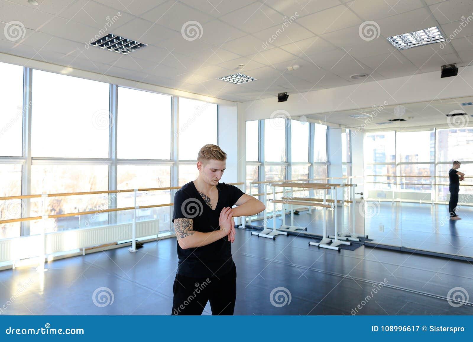 Programador en la ropa de deportes que hace la gimnasia para evitar problemas con