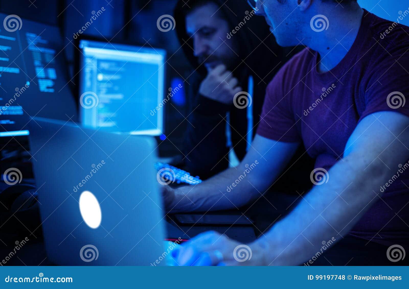 Programador que trabalha sobre o Cyberspace do software