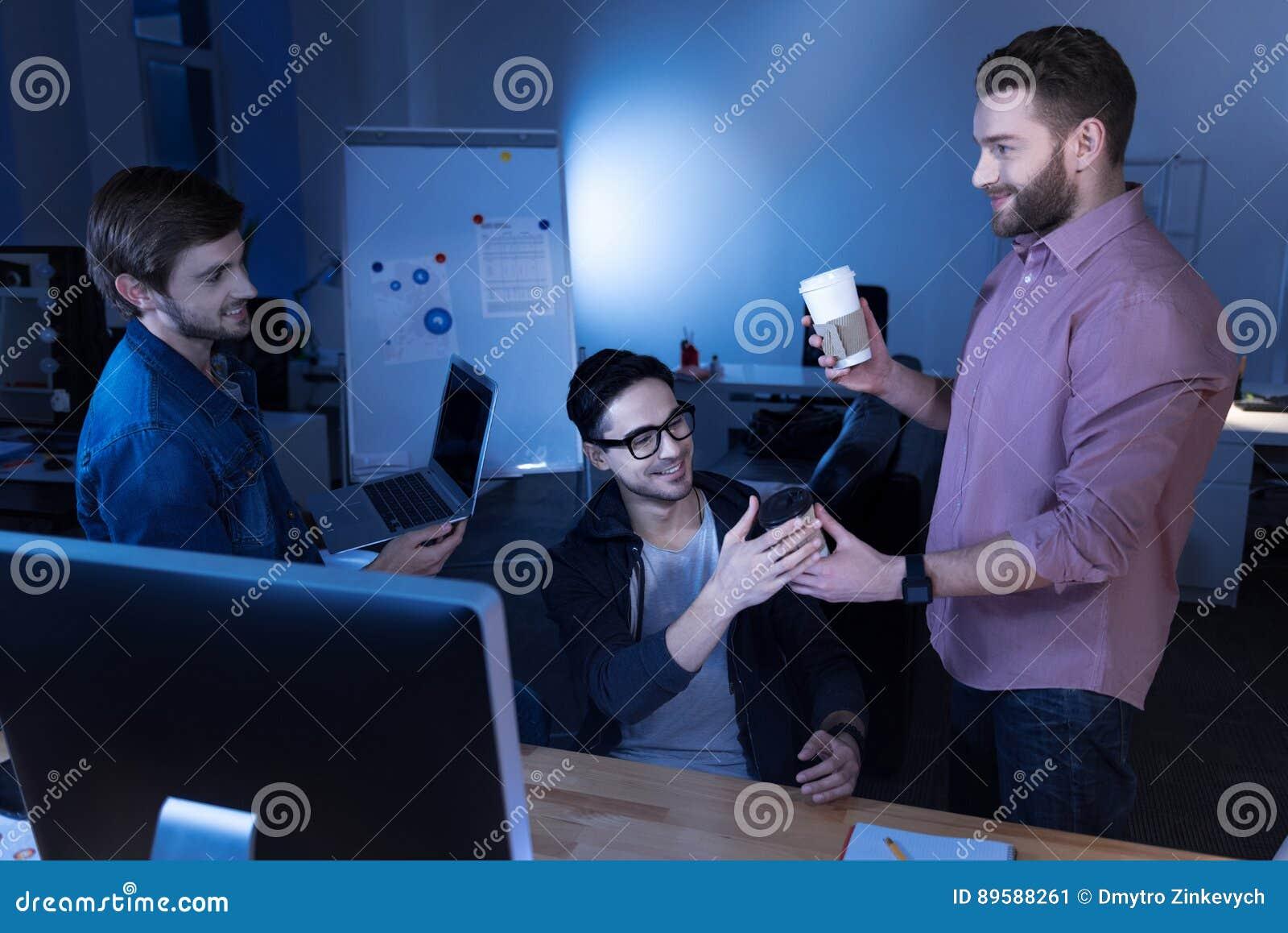 Programadores atrativos alegres que apreciam sua ruptura