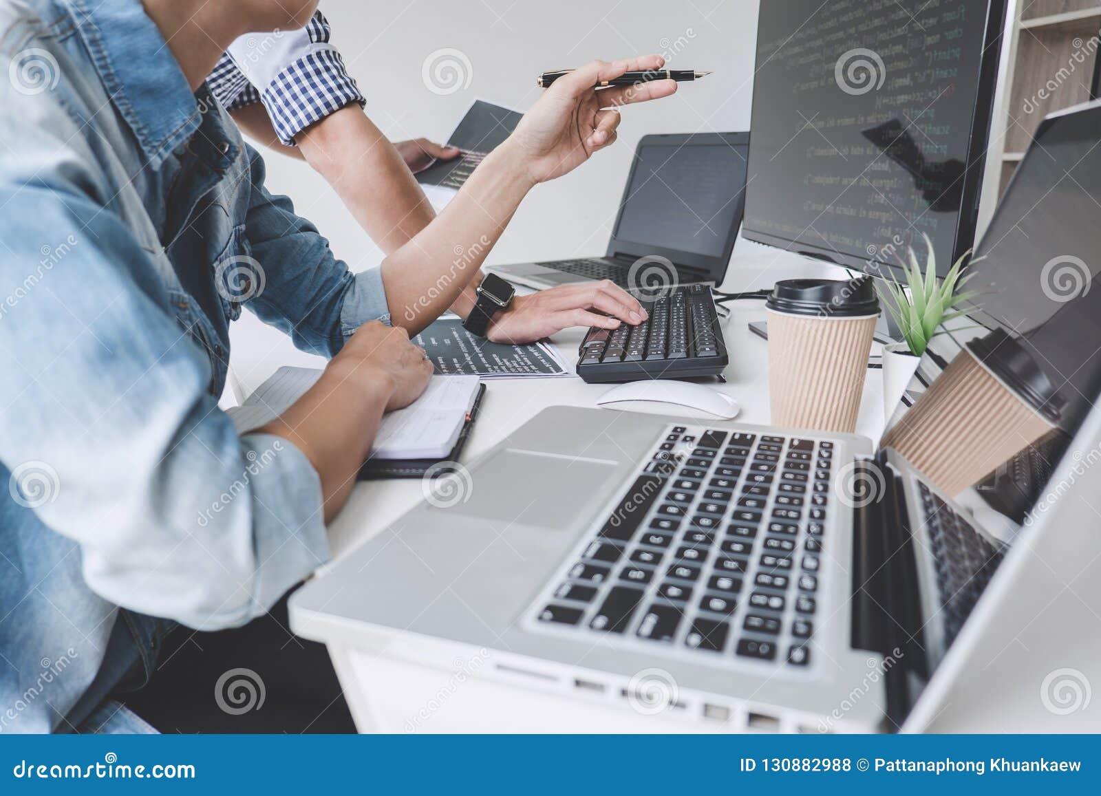 Programadores que cooperan en la programación y el sitio web que se convierten wo