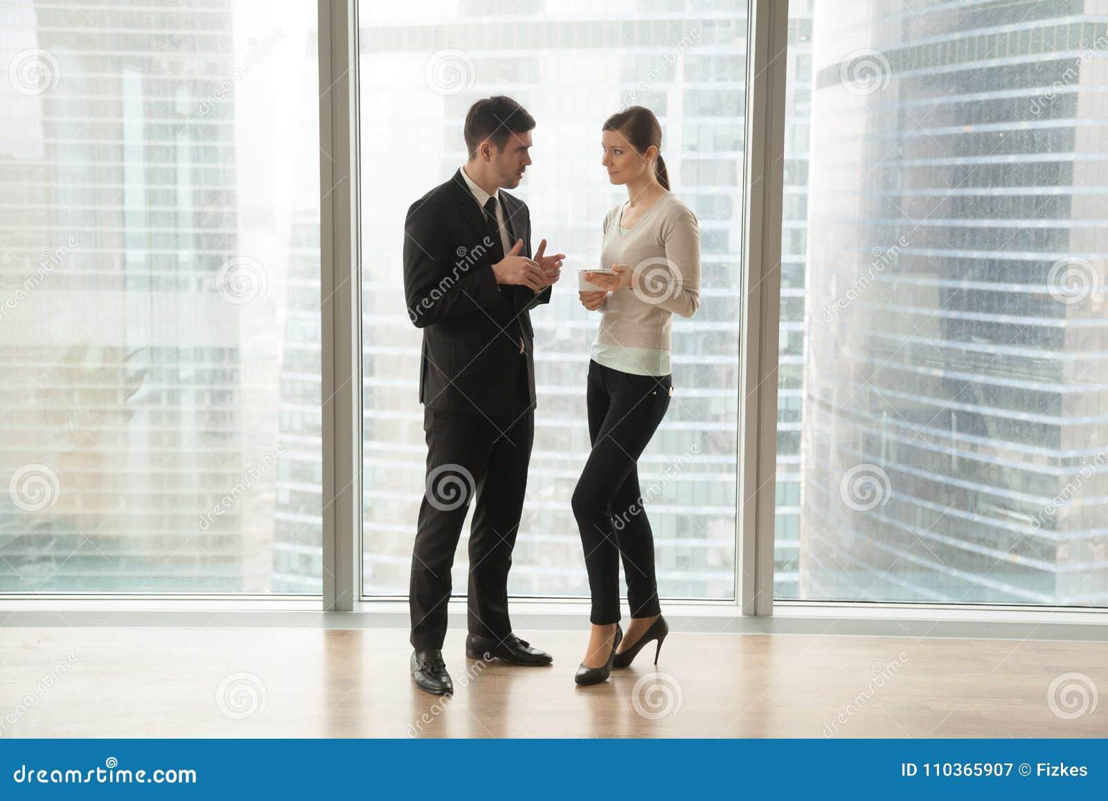 Programme de jour de planification d homme d affaires avec le secrétaire