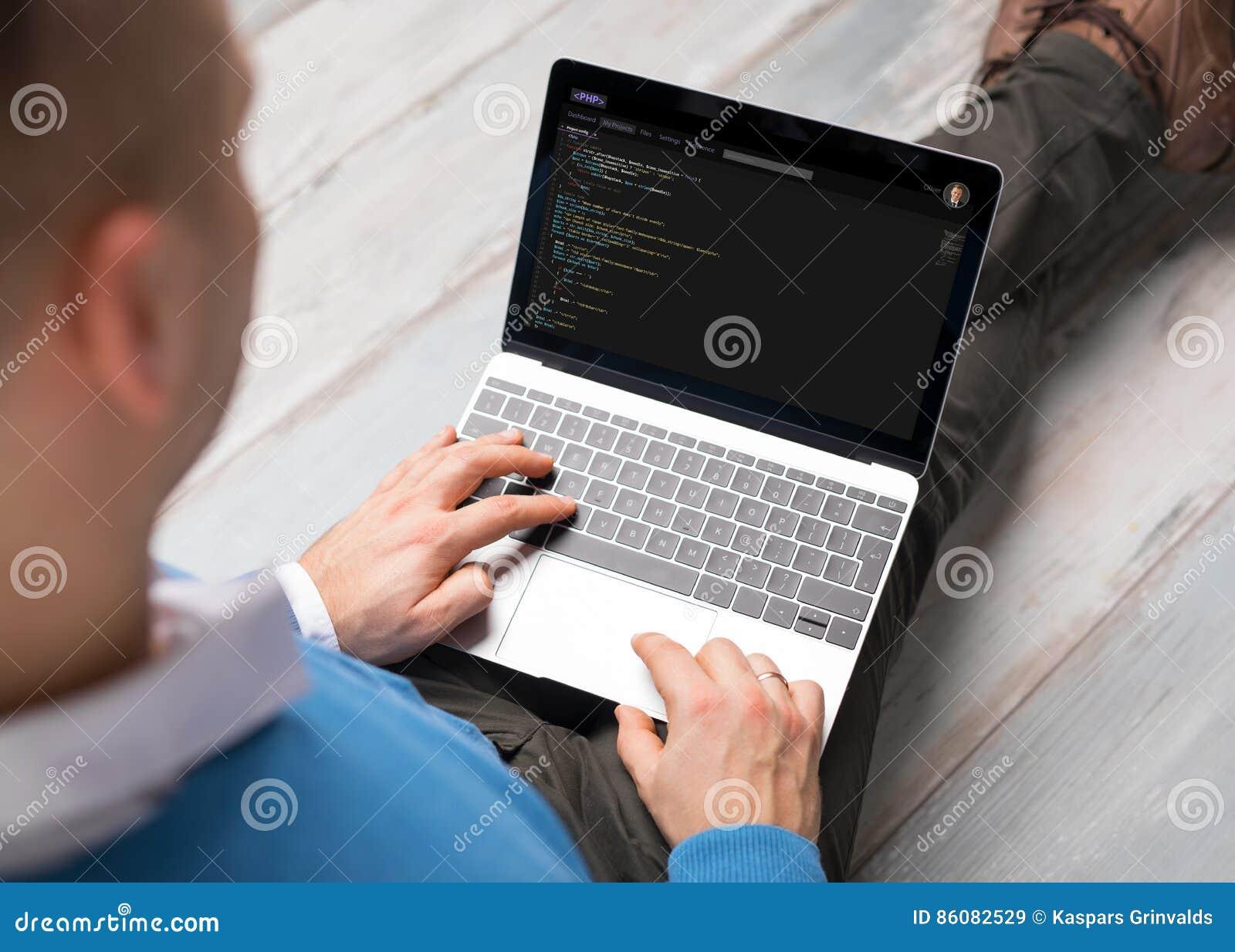 Programmerare som arbetar på datoren