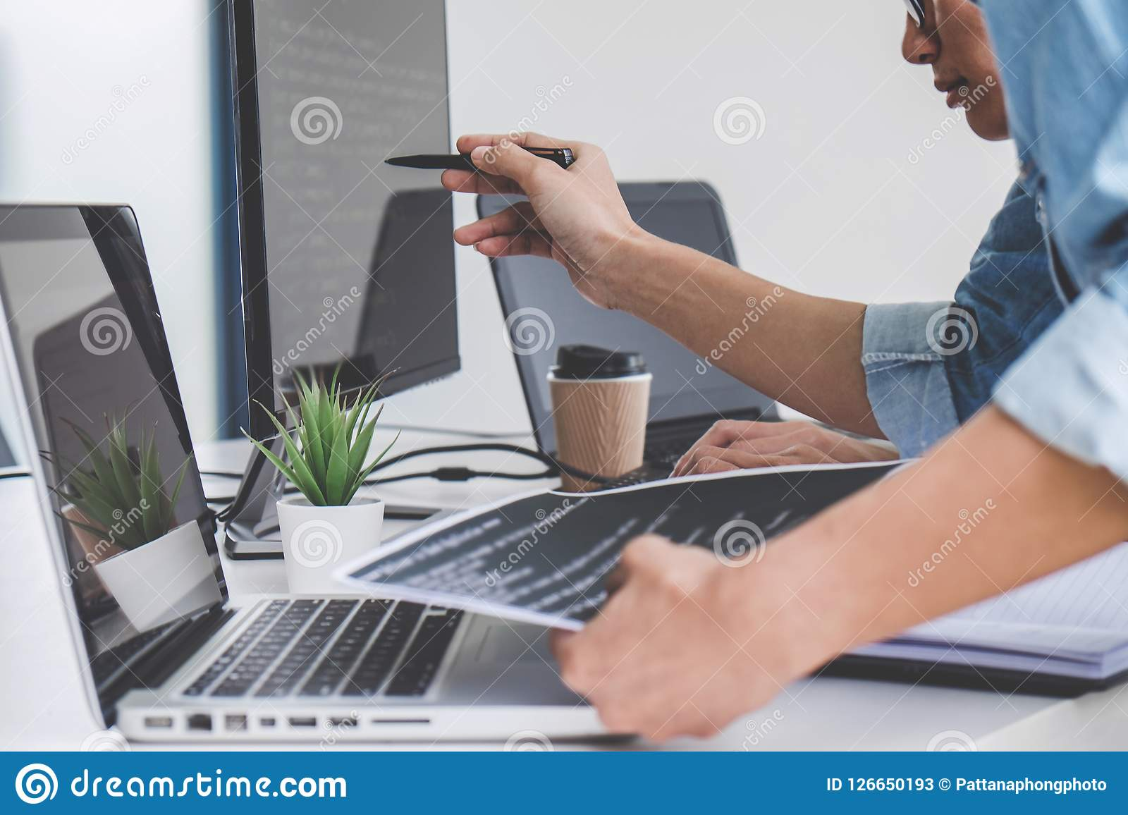 Programmerare som samarbetar på den framkallande programmera och websiten wo