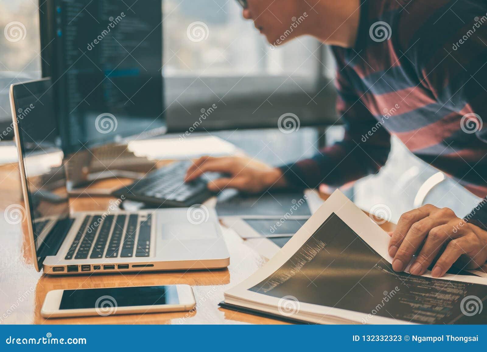 Programmeur de développement professionnel fonctionnant dans le websi de programmation