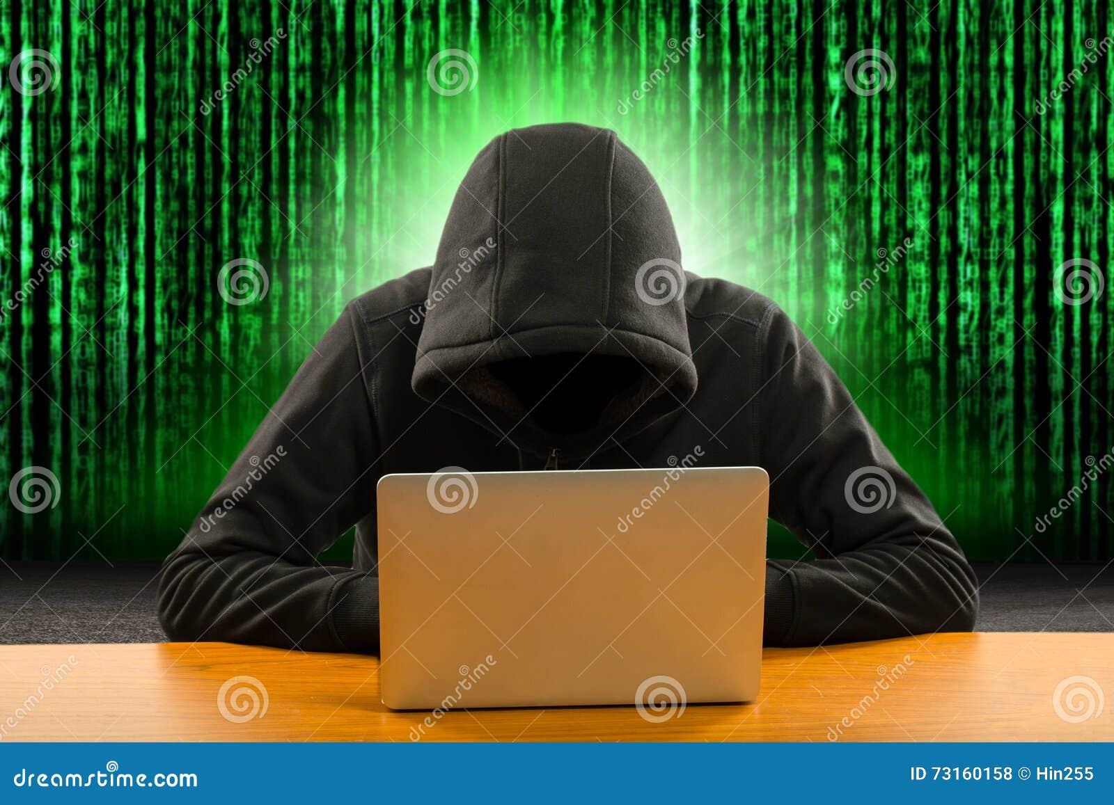 Programmeur de pirates informatiques à l aide de l ordinateur portable d ordinateur pour l entaille