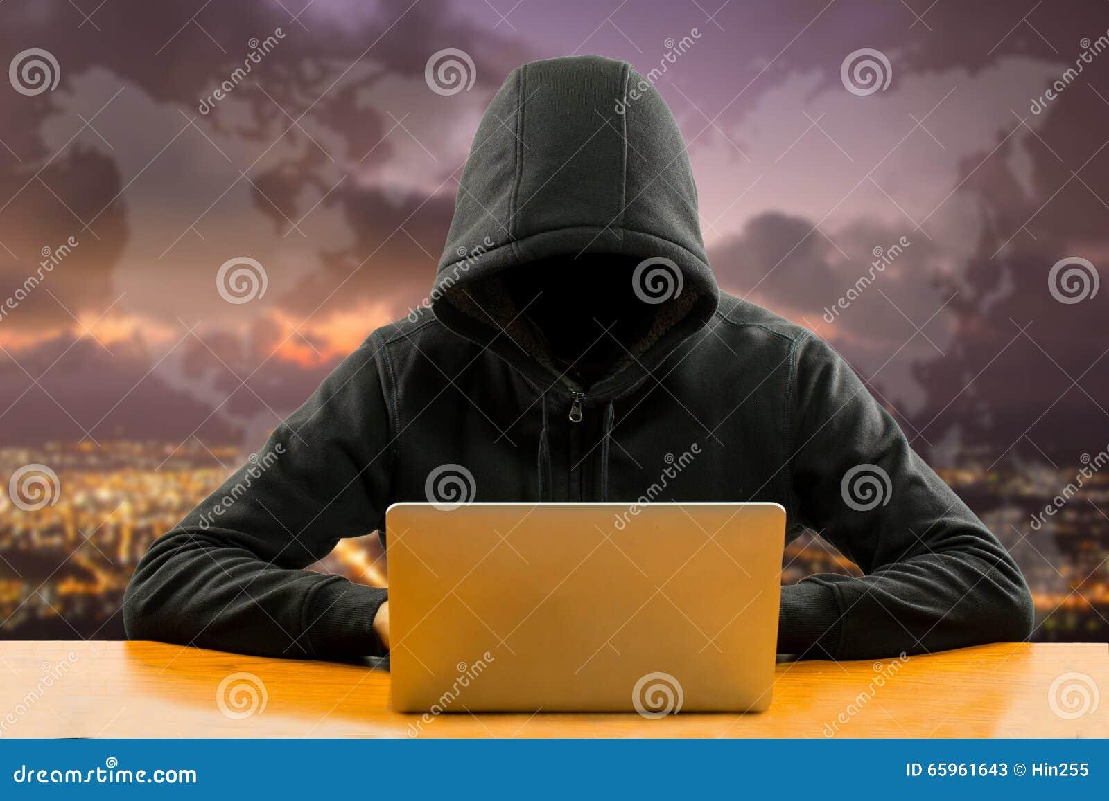 Programmeur de pirates informatiques à l aide de l ordinateur portable d ordinateur pour l information d entaille