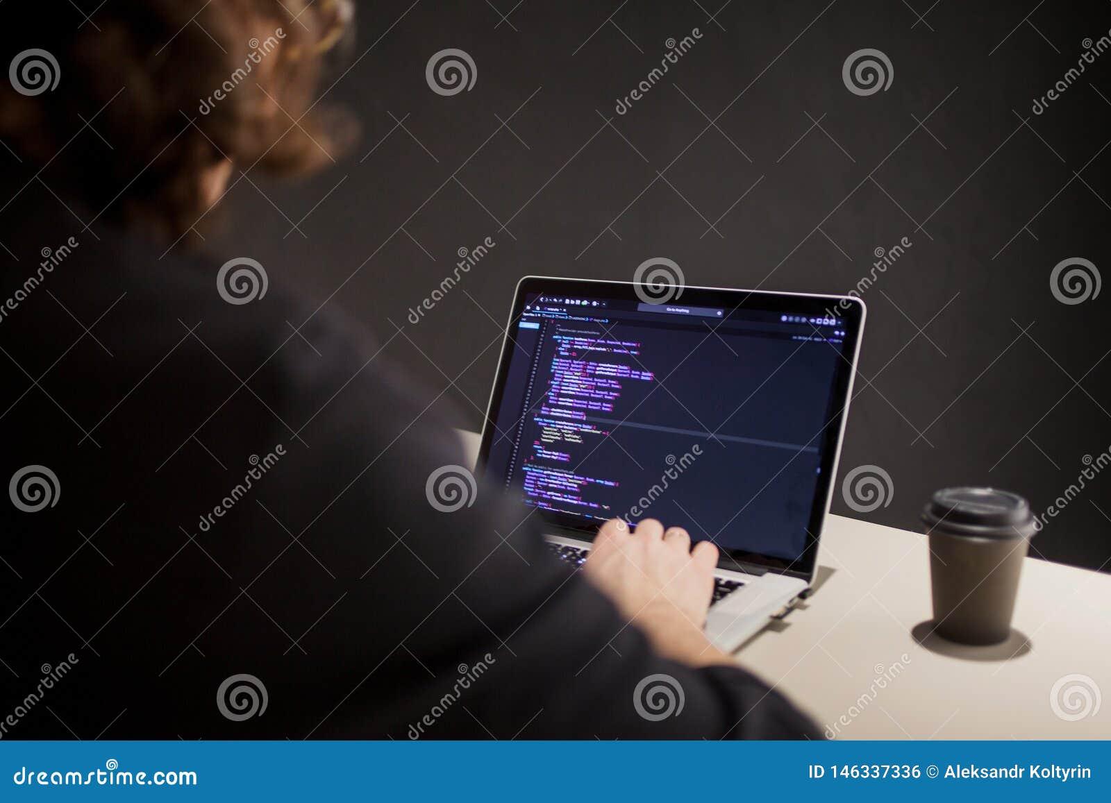 Programmeur et codeur travaillant dans l environnement de d?veloppement Lieu de travail du ` s de programmeur