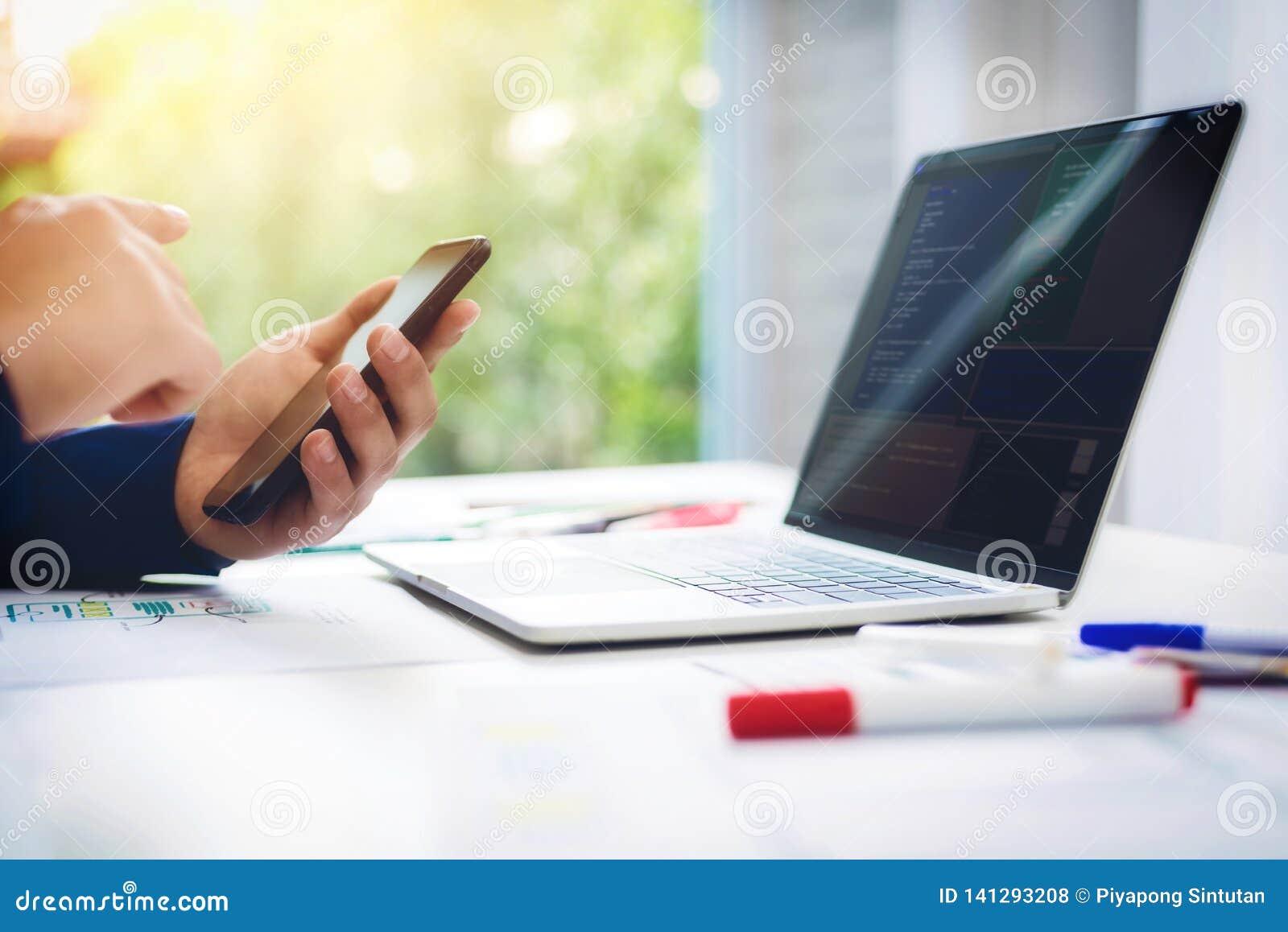 Programmeur het werk ontwerp van het test het nieuwe Web op computerlaptop met mobiele telefoon in bureau Programmerings Bedrijfs