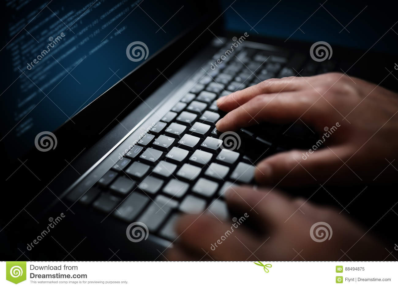 Programmeur of van de computerhakker het typen op laptop toetsenbord