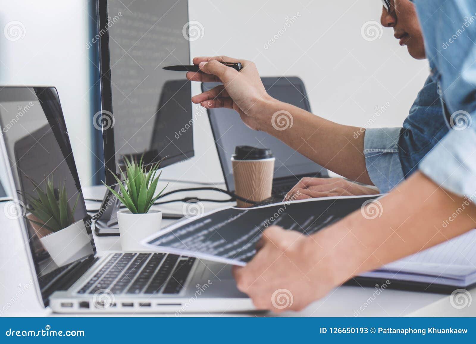 Programmeurs die bij het Ontwikkelen van programmering en website samenwerken wo