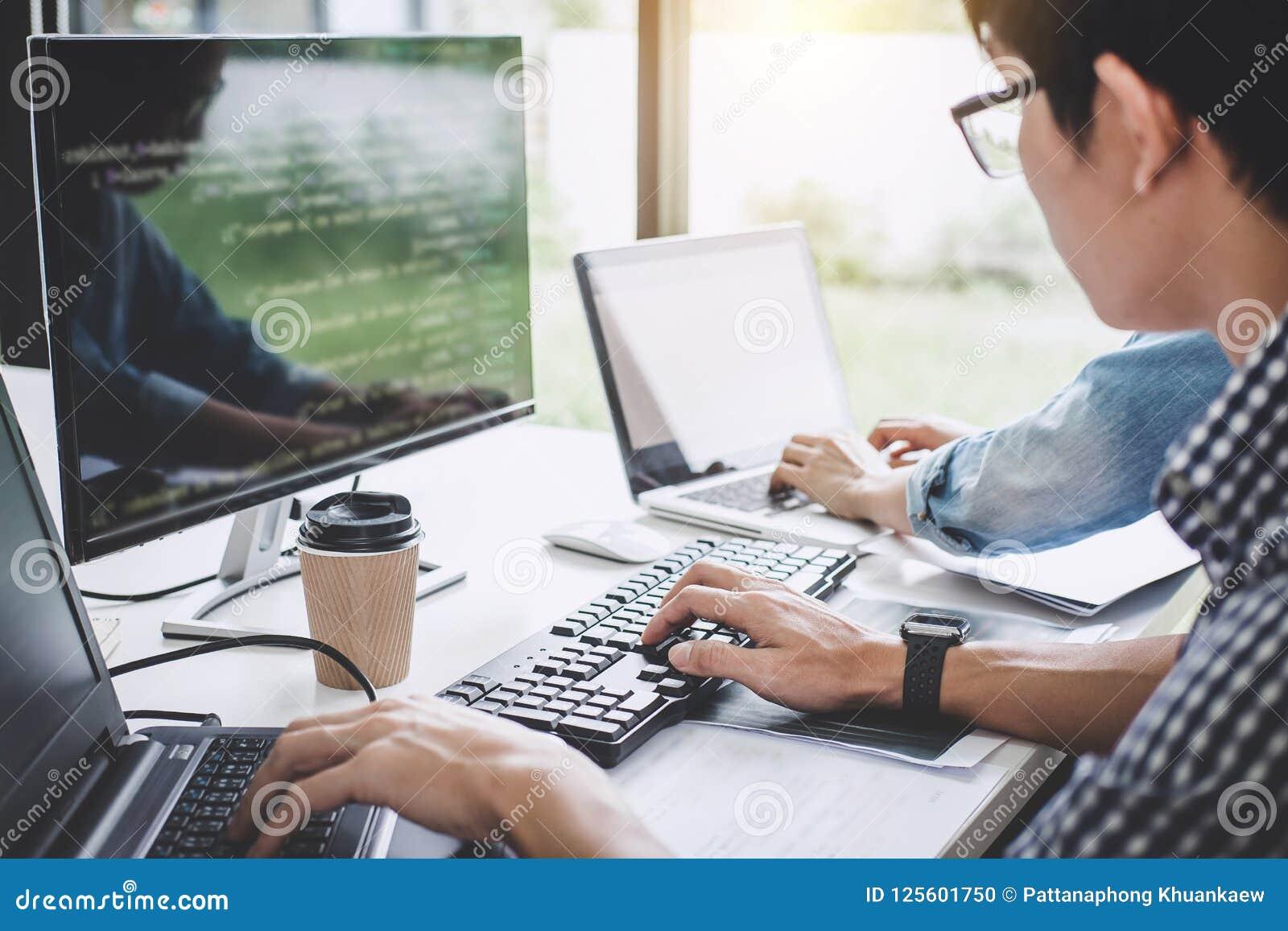 Programmierer, die an sich entwickelnder Programmierung und an Website wo zusammenarbeiten