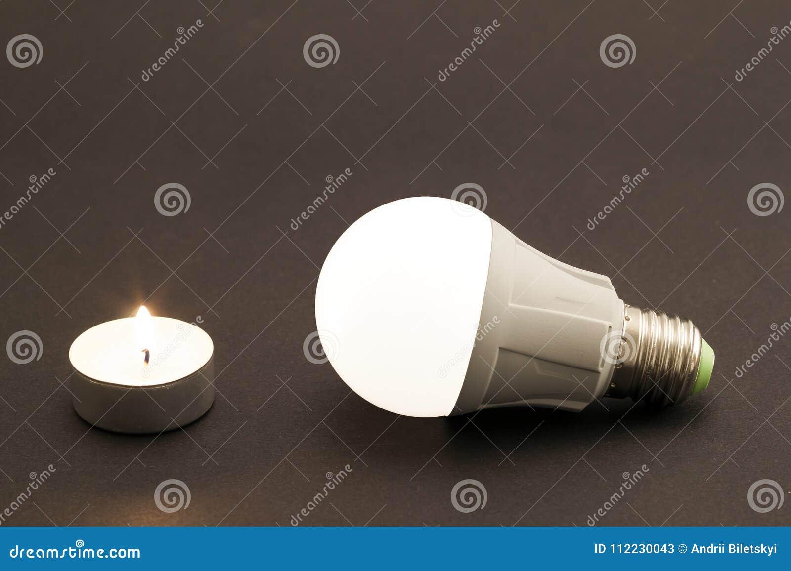 Progresso di illuminazione con la candela e la lampadina del led
