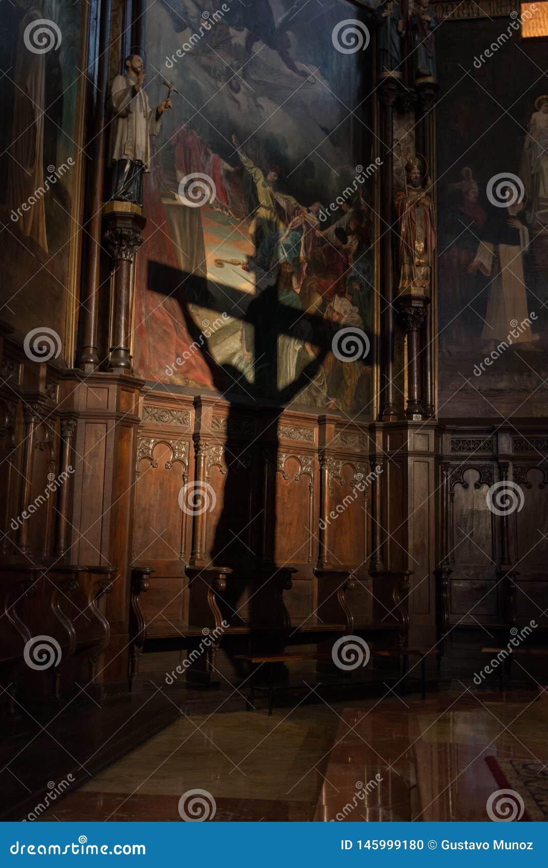 Projeção da sombra do crucifixo na parede de uma igreja