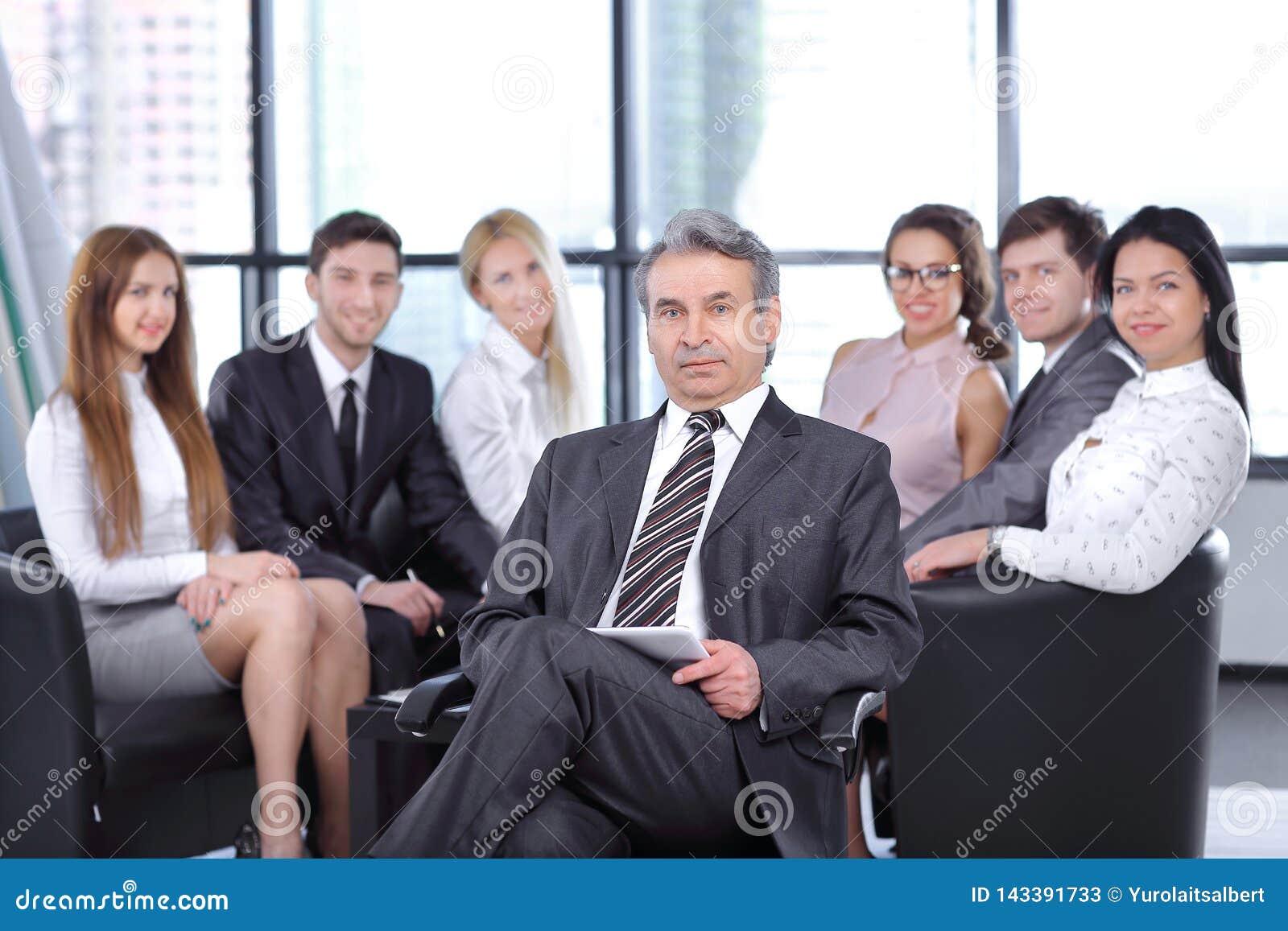 Project manager contro lo sfondo del gruppo di affari