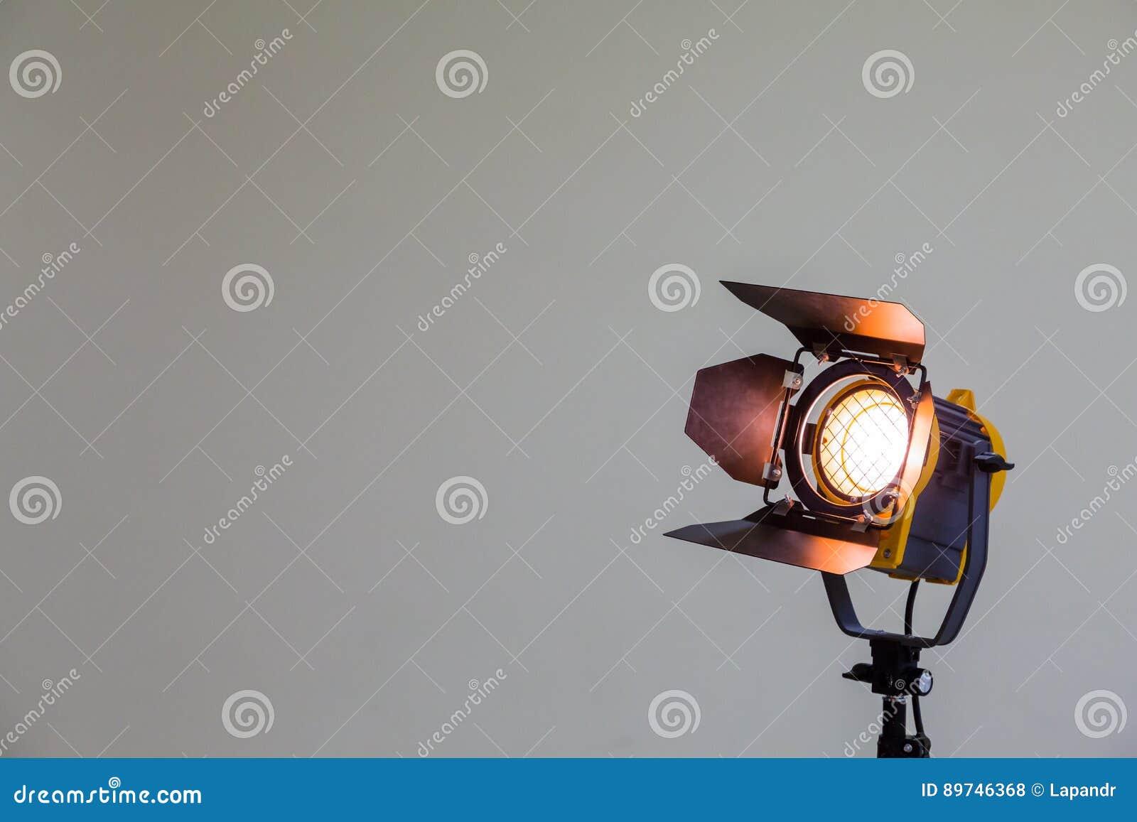 Projecteur Avec L Ampoule D Halogene Et La Lentille De Fresnel