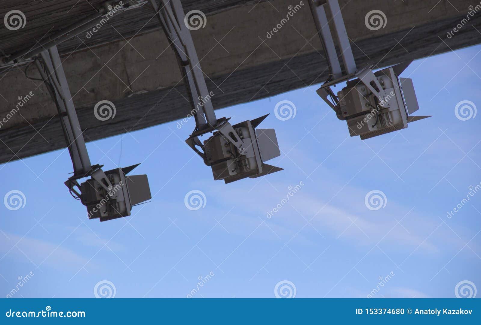 Projecteurs s allumant contre le ciel en journée