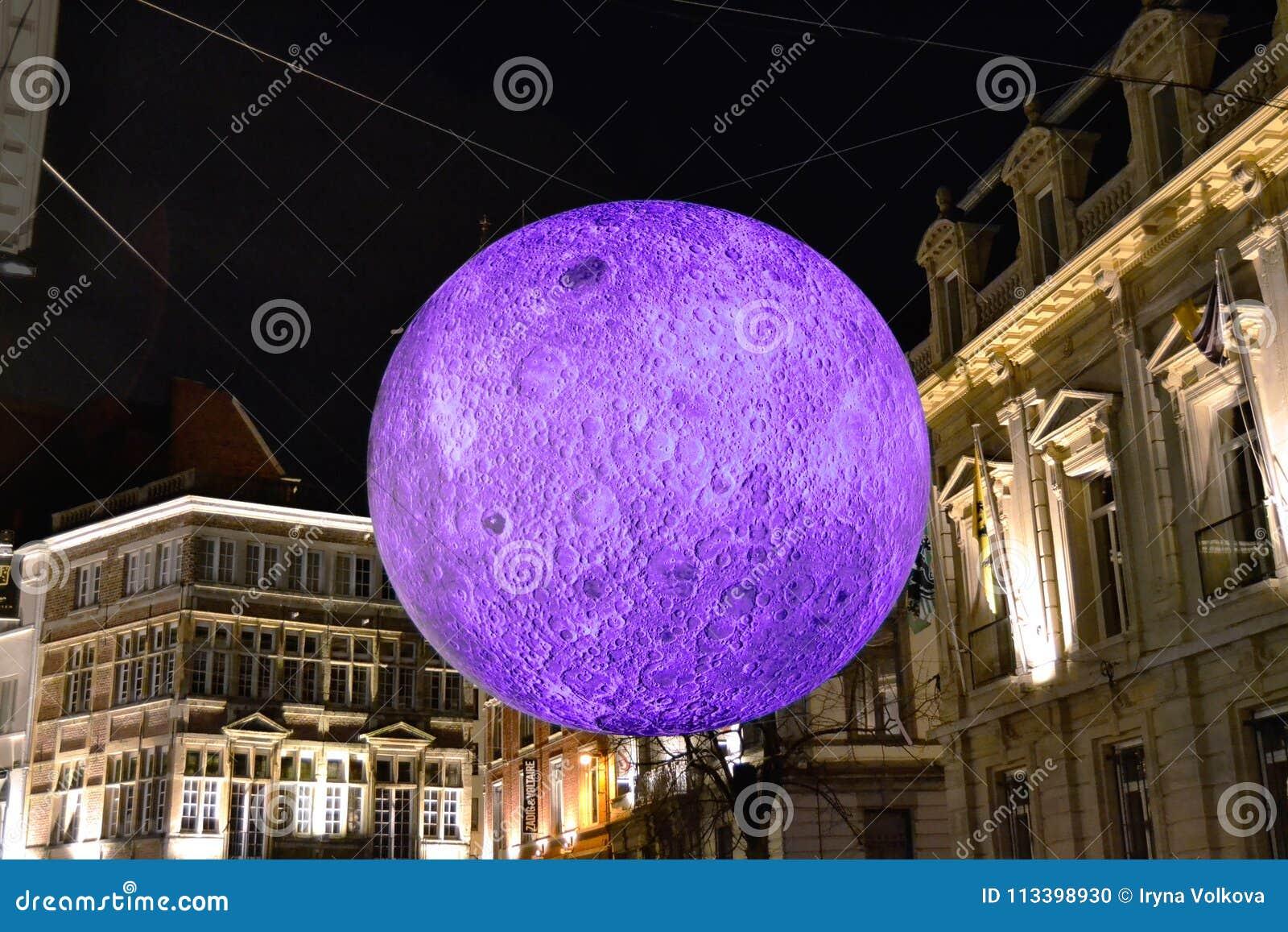 Projection de lune pendant l exposition de laser à Gand