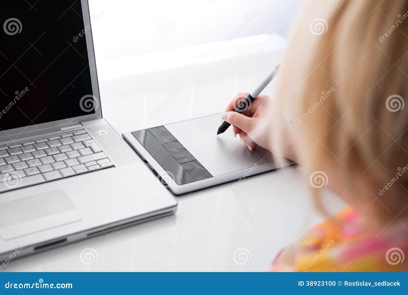 Projektant grafik komputerowych pracuje na cyfrowej pastylce