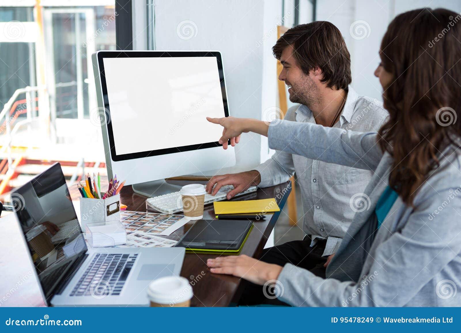 Projektant grafik komputerowych pracuje przy biurkiem