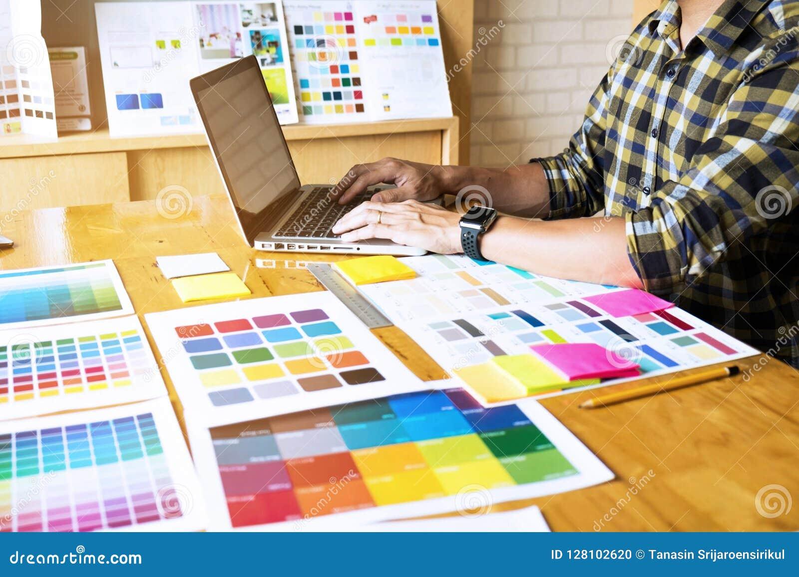Projektant grafik komputerowych używają laptop wybierać kolory od koloru baru przykładu dla projektów pomysłów, Kreatywnie projek