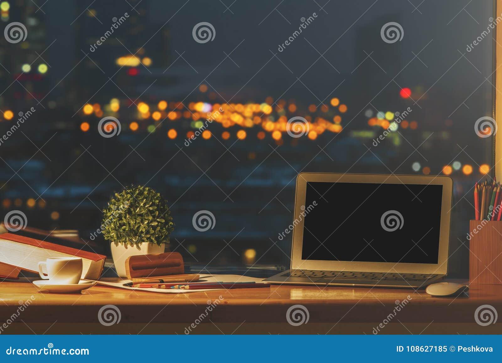 Projektanta desktop z pustym laptopem