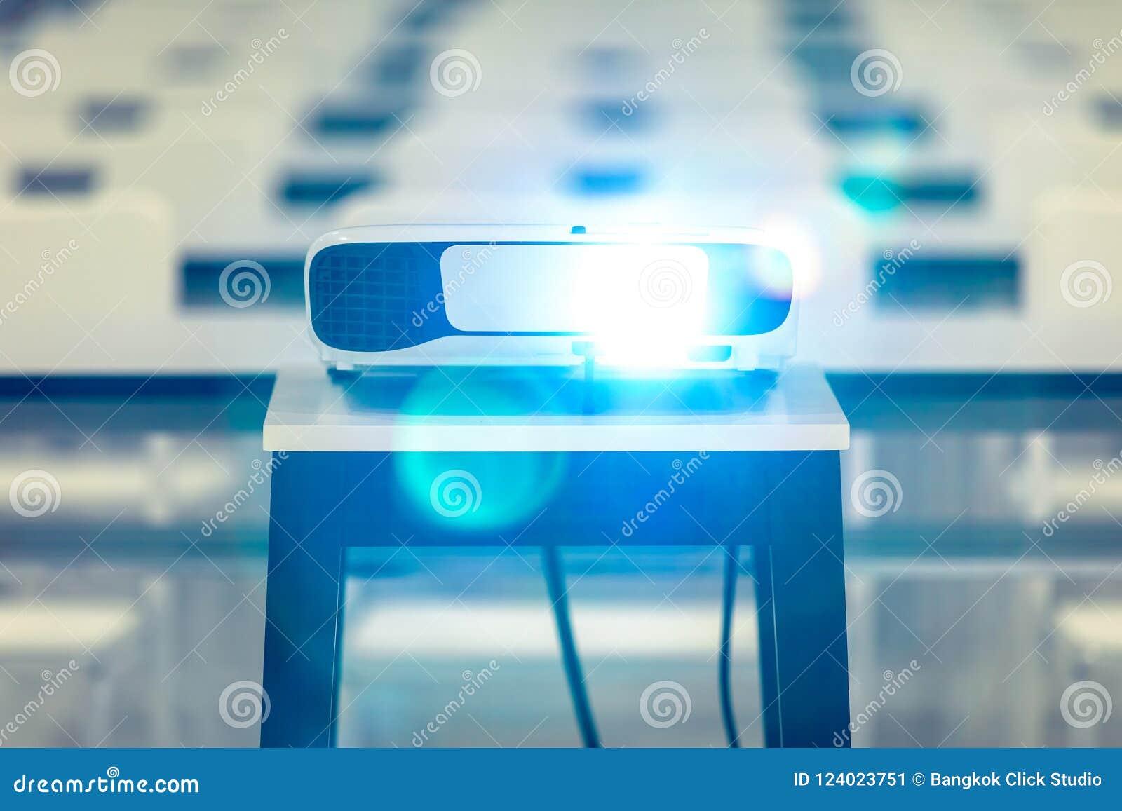 Projektorn aktiveras konferensrummet