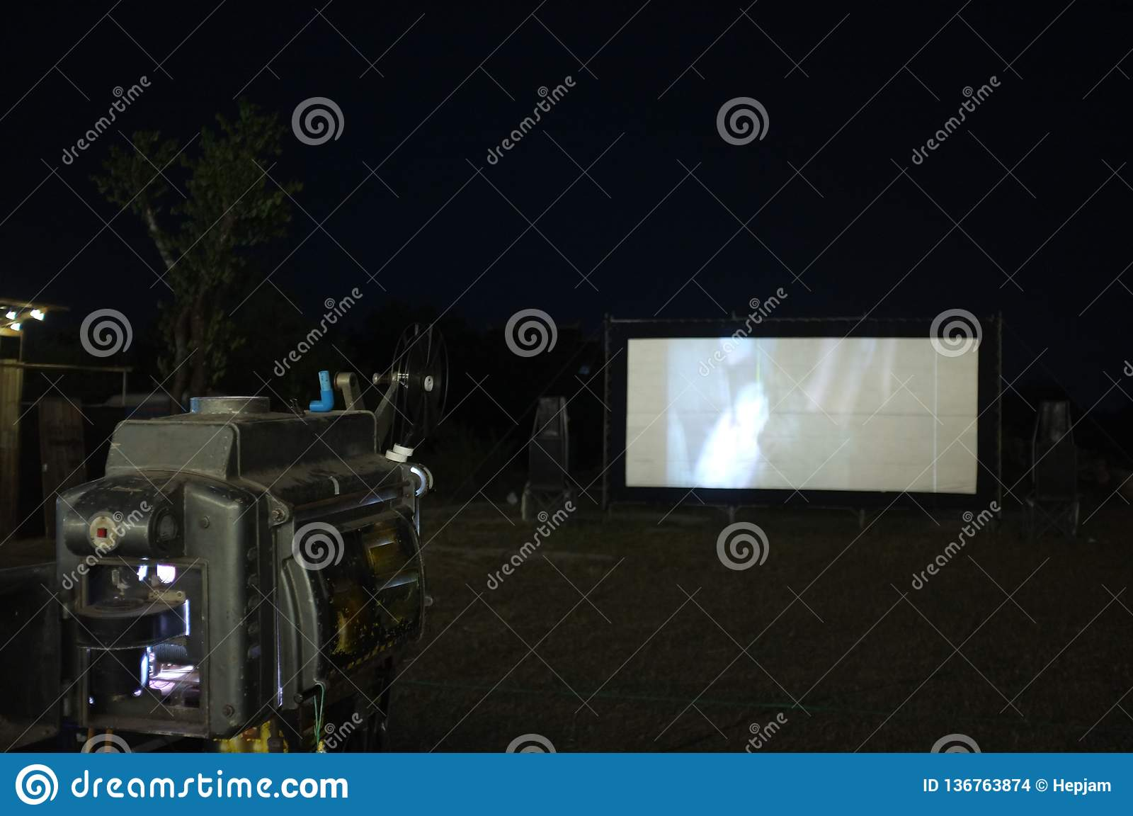 Projektorn för den Thailand parkerar den gamla parallella roterande filmfilmen på den utomhus- biofilmteatern för showfolk i