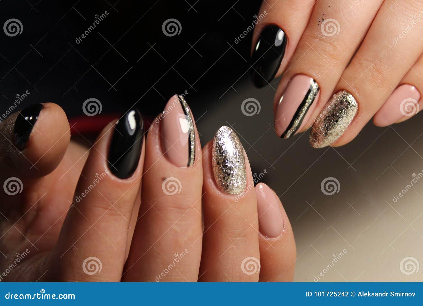 Projektuje manicure u beżu i czerni gwoździe z abstrakcją