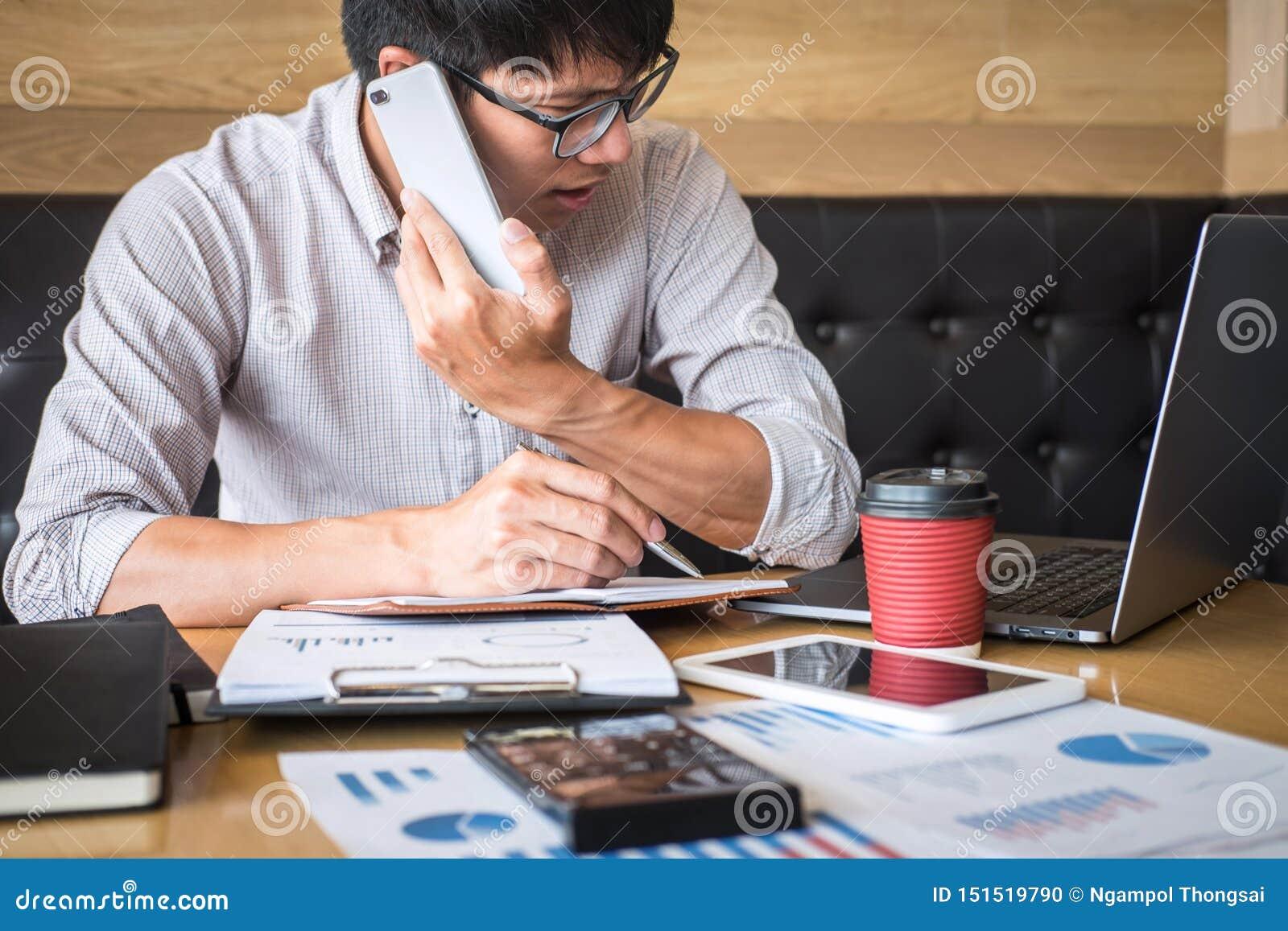 Projet d investissement fonctionnant d homme d affaires sur l ordinateur portable avec le document de rapport et analyser, calcul