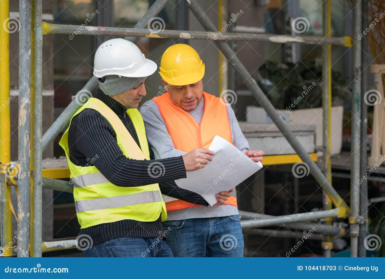 Projete a doação de arranjos do colega sobre um canteiro de obras novas outdoors