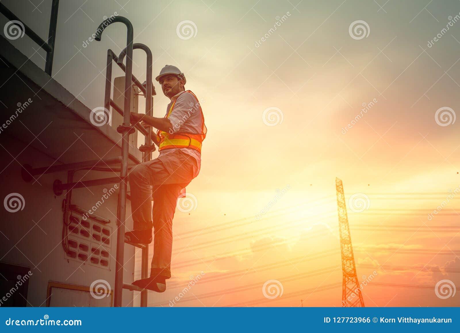 Projete o técnico que trabalha na escada para fixar o cabo da eletricidade