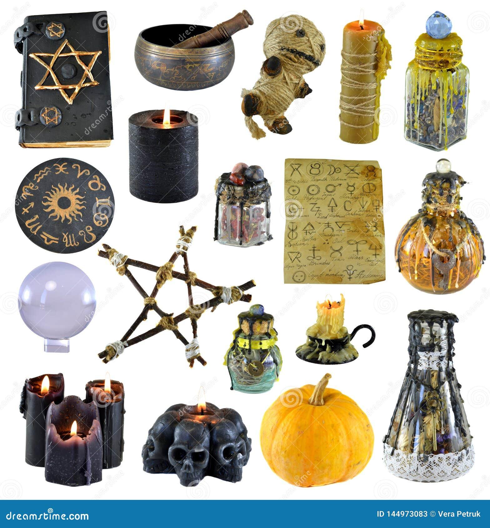 Projeto ajustado com pentagram, abóbora, livro da bruxa, vela preta isolada no branco
