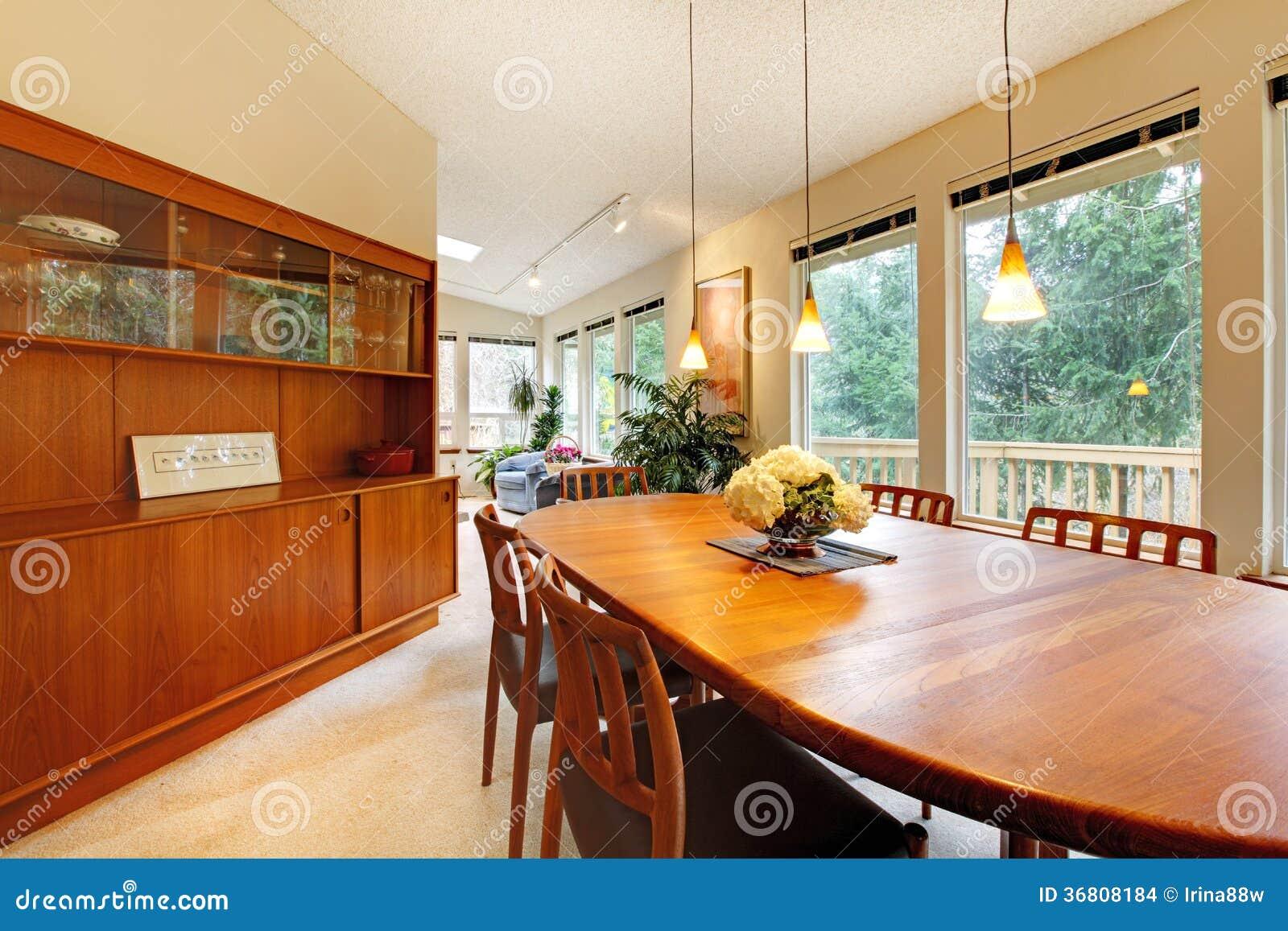 Sala De Jantar Simples ~ Sala de jantar bonito com grupo da tabela e combinação marrons de