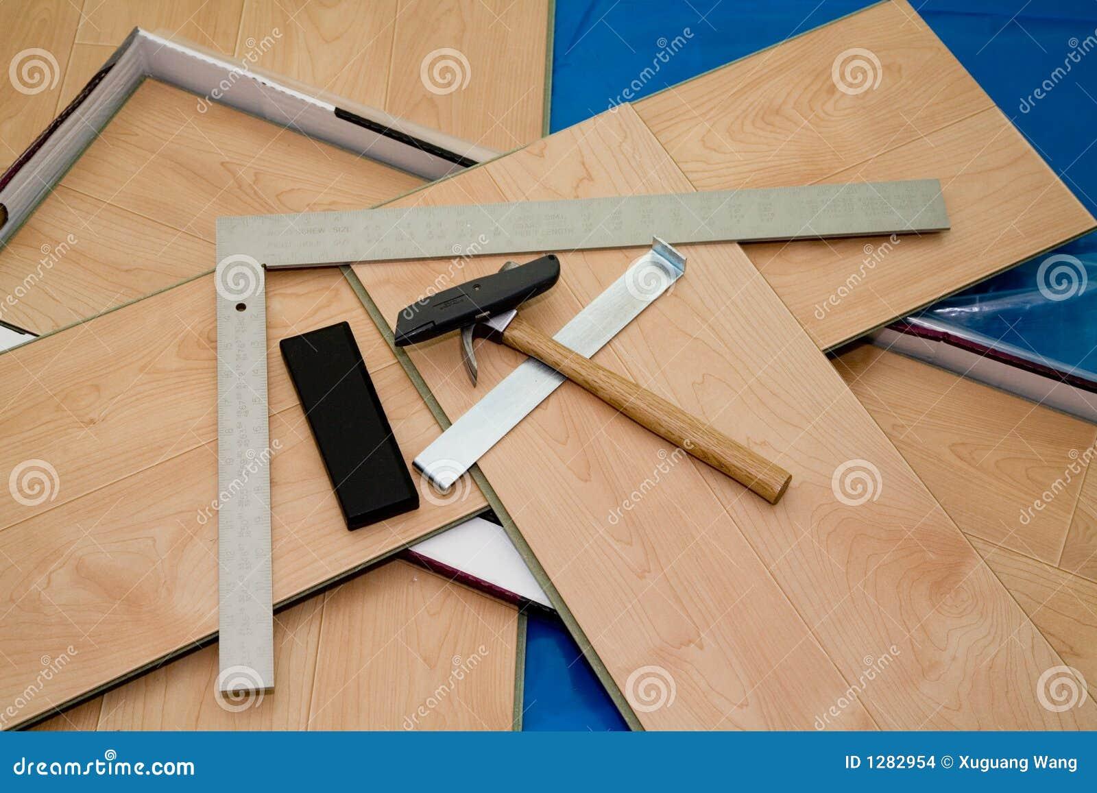 Projeto de DIY: o assoalho e as ferramentas estratificados usaram-se