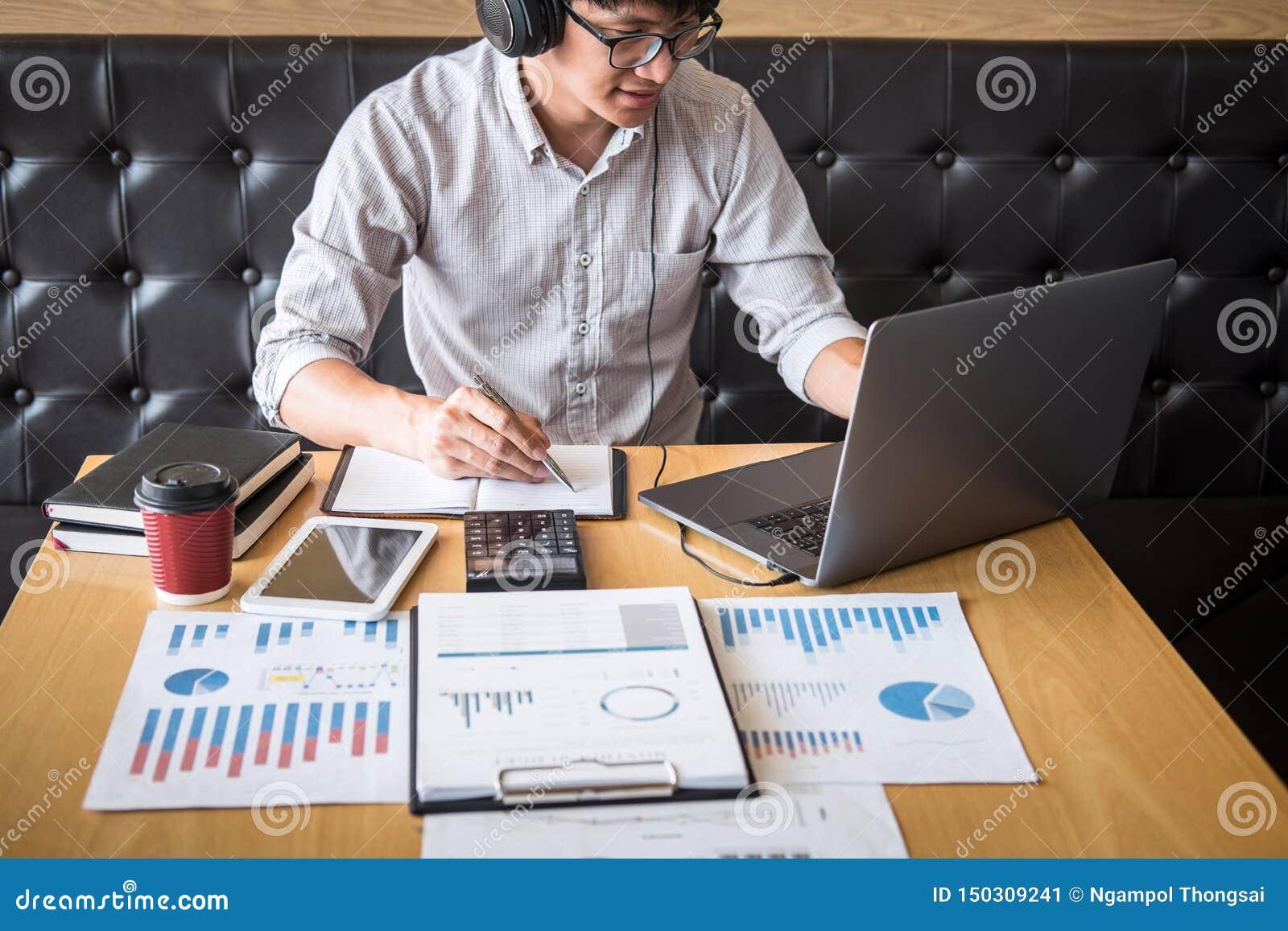 Projeto de investimento de trabalho do homem de neg?cios no laptop com documento do relat?rio e para analisar, calculando dados f