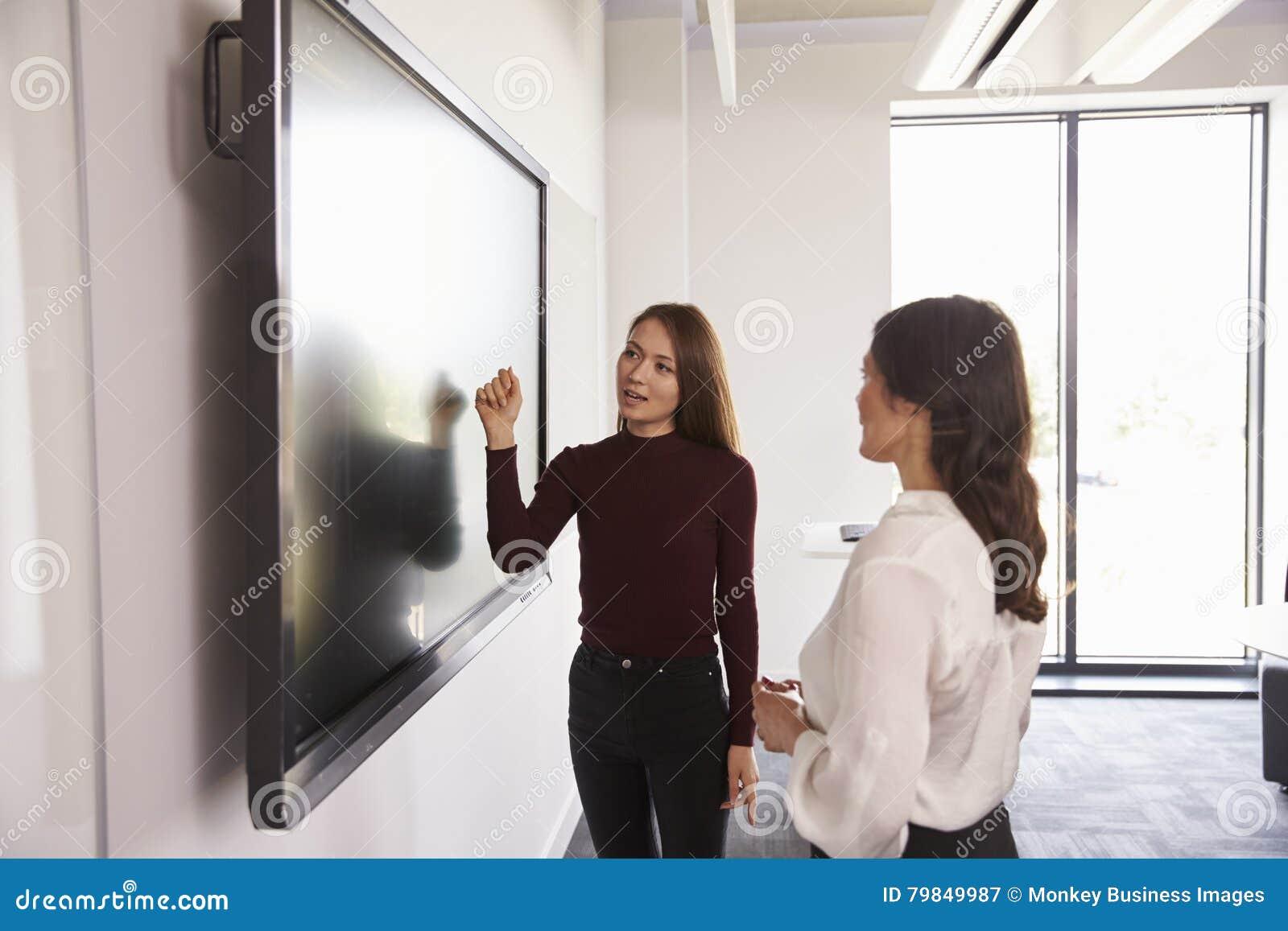 Projeto de And Tutor Discuss do estudante em Whiteboard interativo