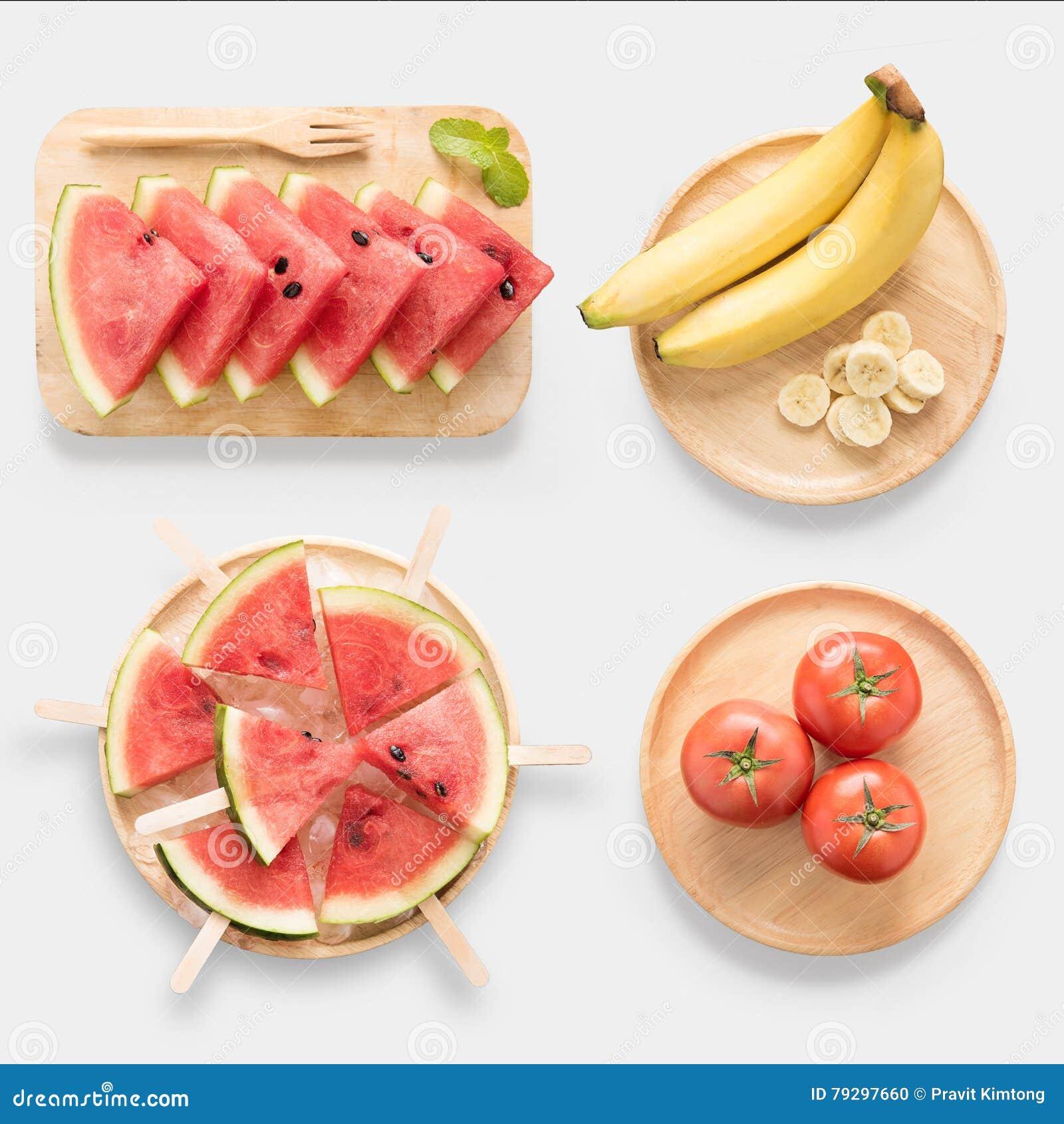 Projeto do gelado saudável da melancia do modelo, da melancia, da banana e do tomate no grupo de madeira do prato isolado