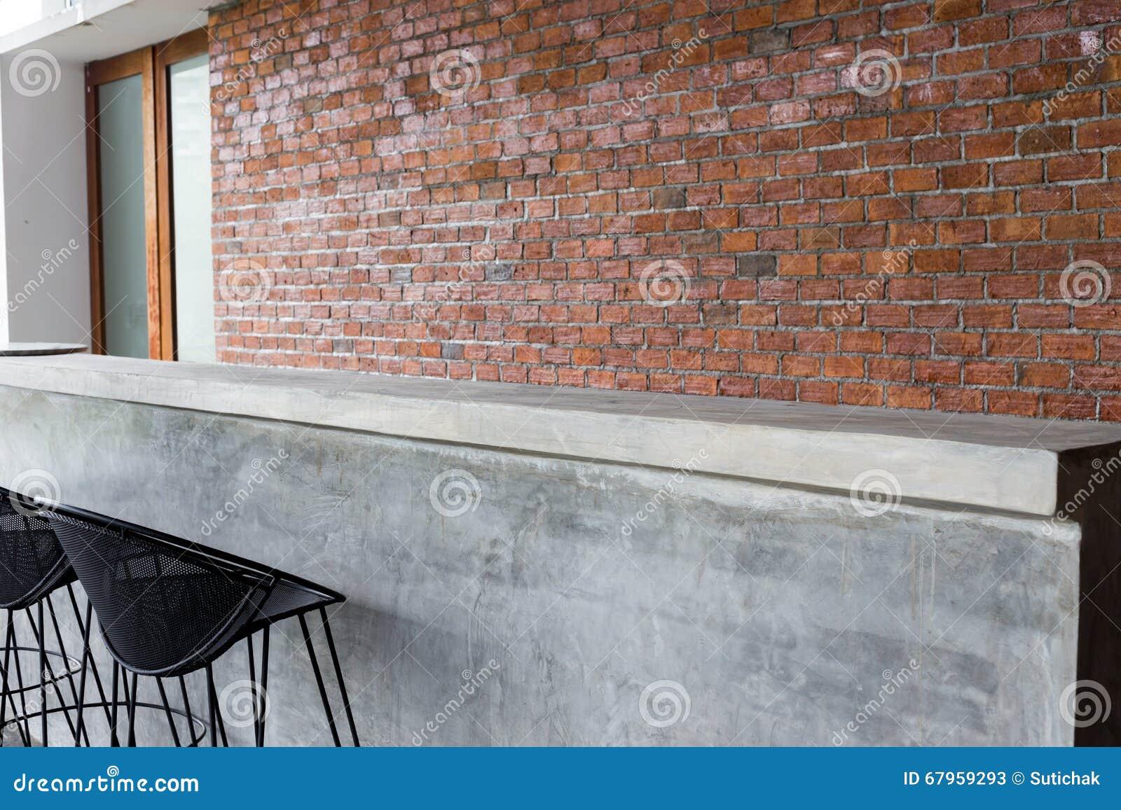 Projeto do interior, barra contrária feita do cimento com assento do ferro