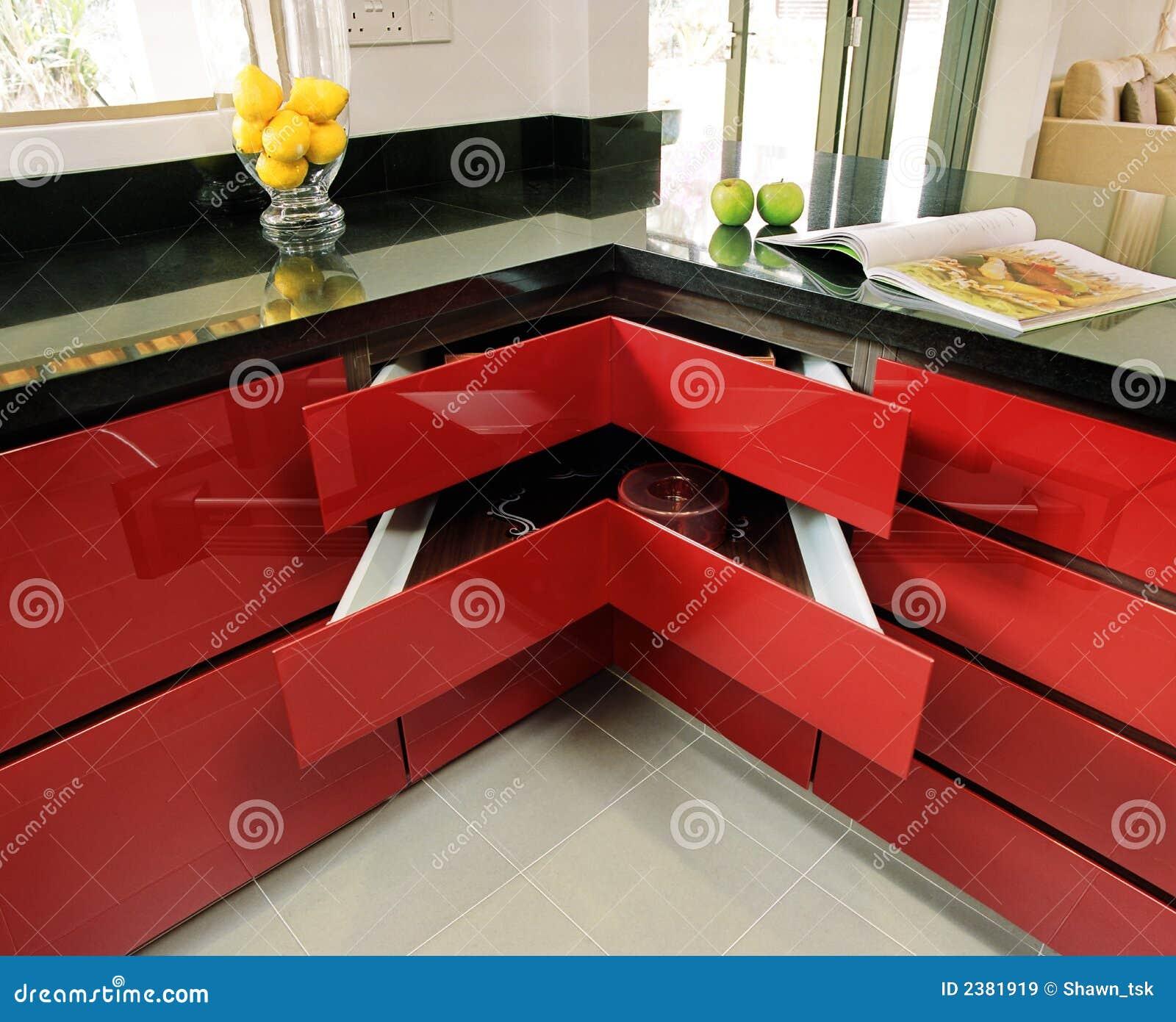 Gabinete de cozinha na pintura de pulverizador vermelha. #BA9B11 1300 1147