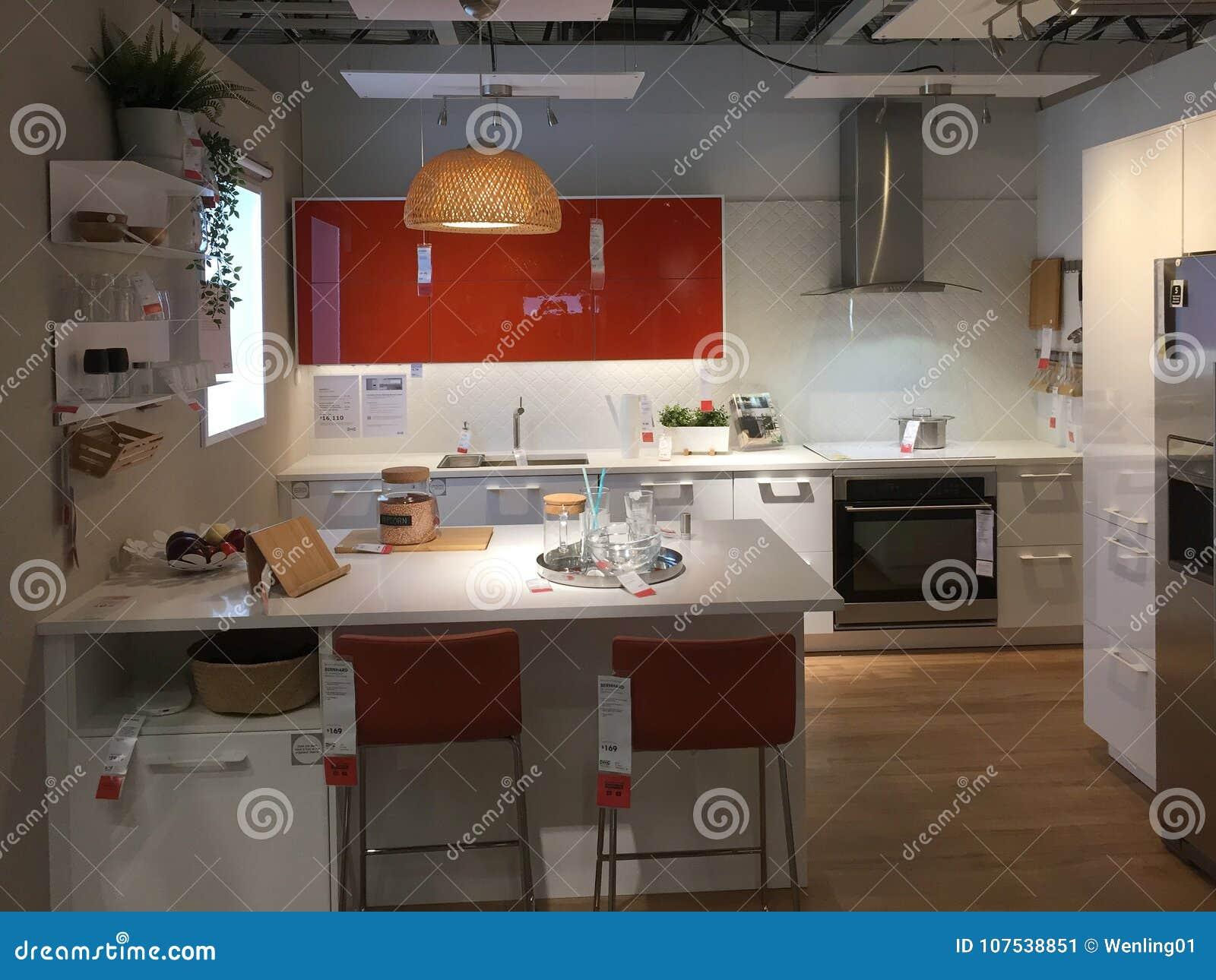 Projeto Moderno Da Cozinha Com A Ilha Em Ikea Foto Editorial