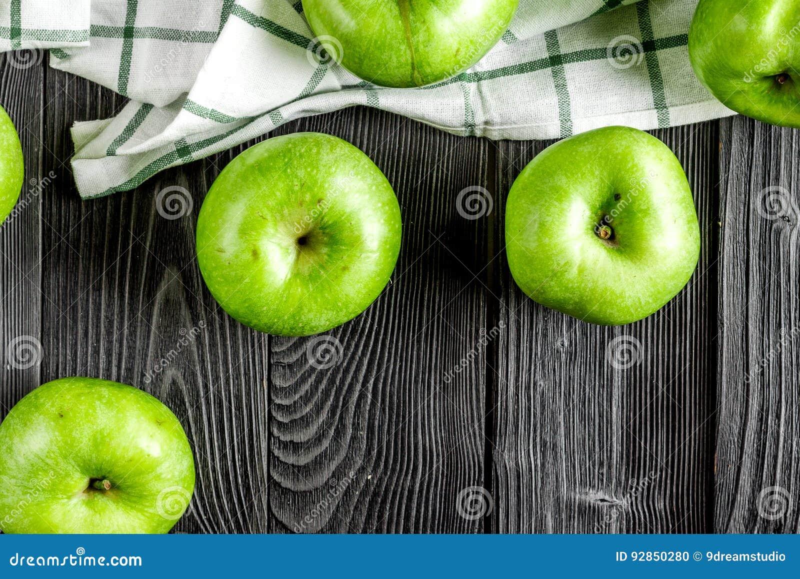 Projeto natural do alimento com opinião superior do fundo escuro verde da mesa das maçãs