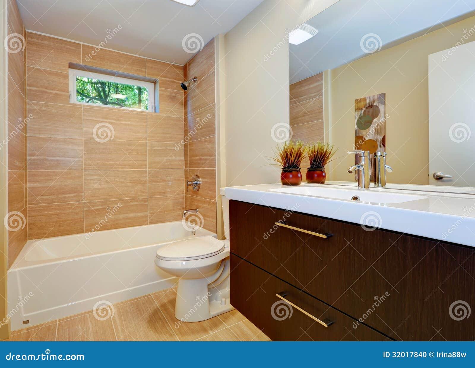 Projeto Novo Moderno Do Banheiro Com Dissipador E A Cuba Branca. Foto  #361B0A 1300x1026 Banheiro Branco Moderno