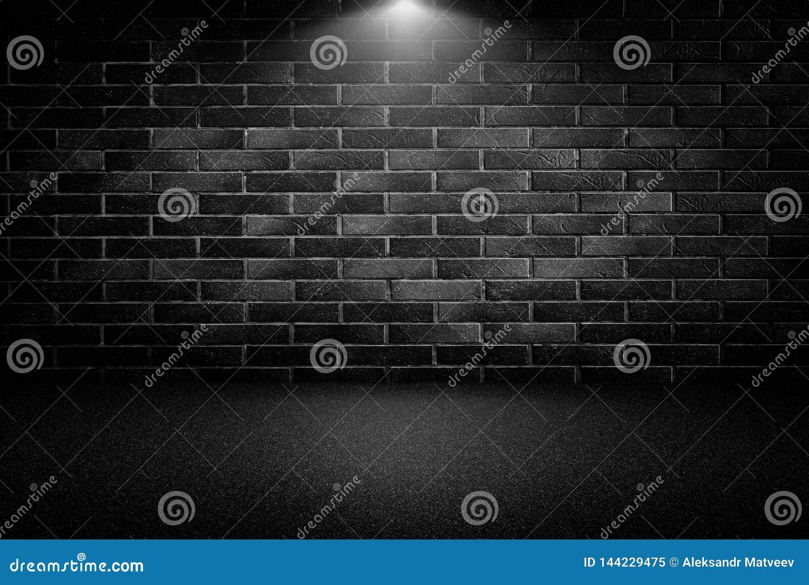 Projetores altamente contrastados em uma parede de tijolo preta exterior