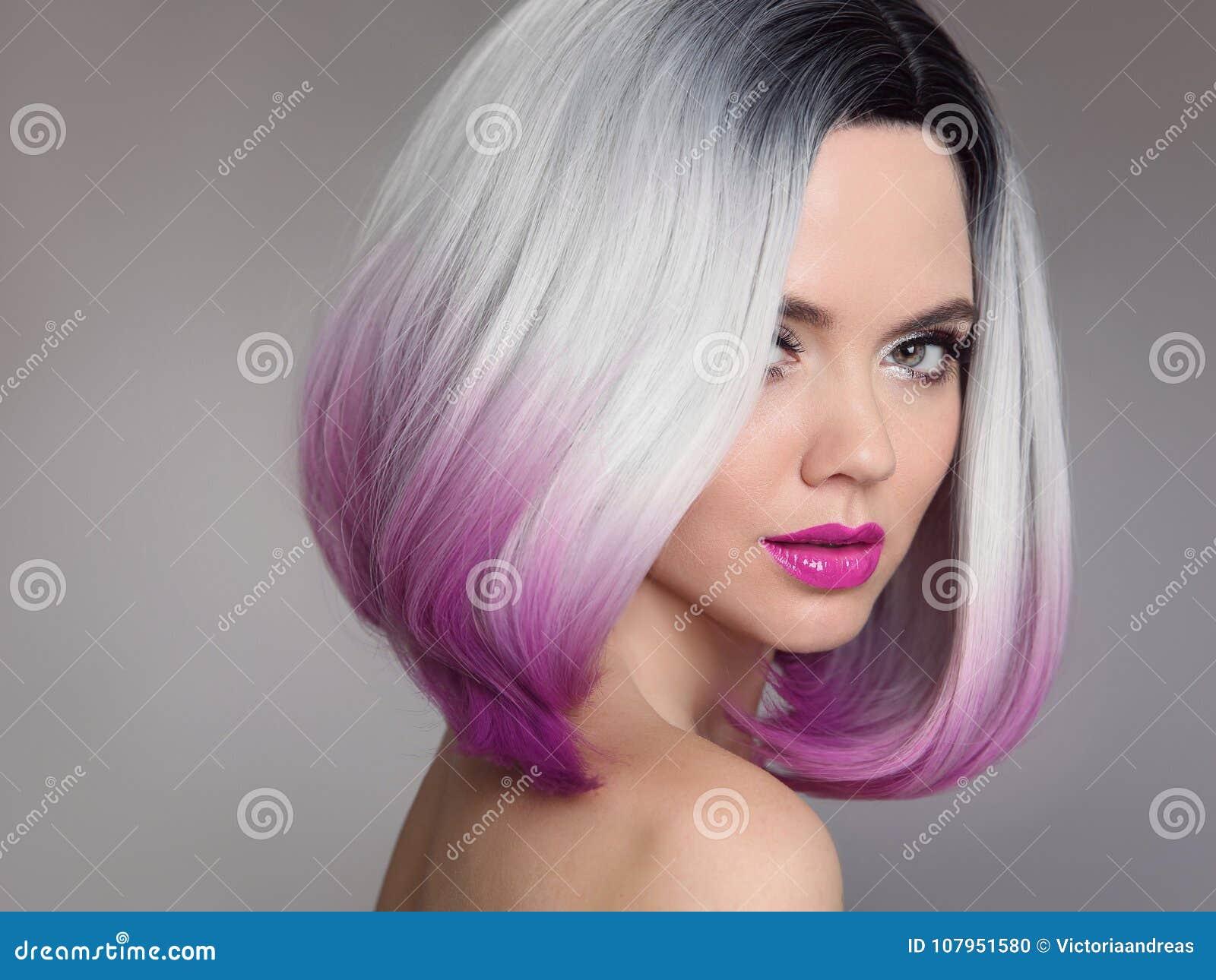 Prolongements colorés de cheveux d Ombre Blonde modèle de Girl de beauté avec le sho