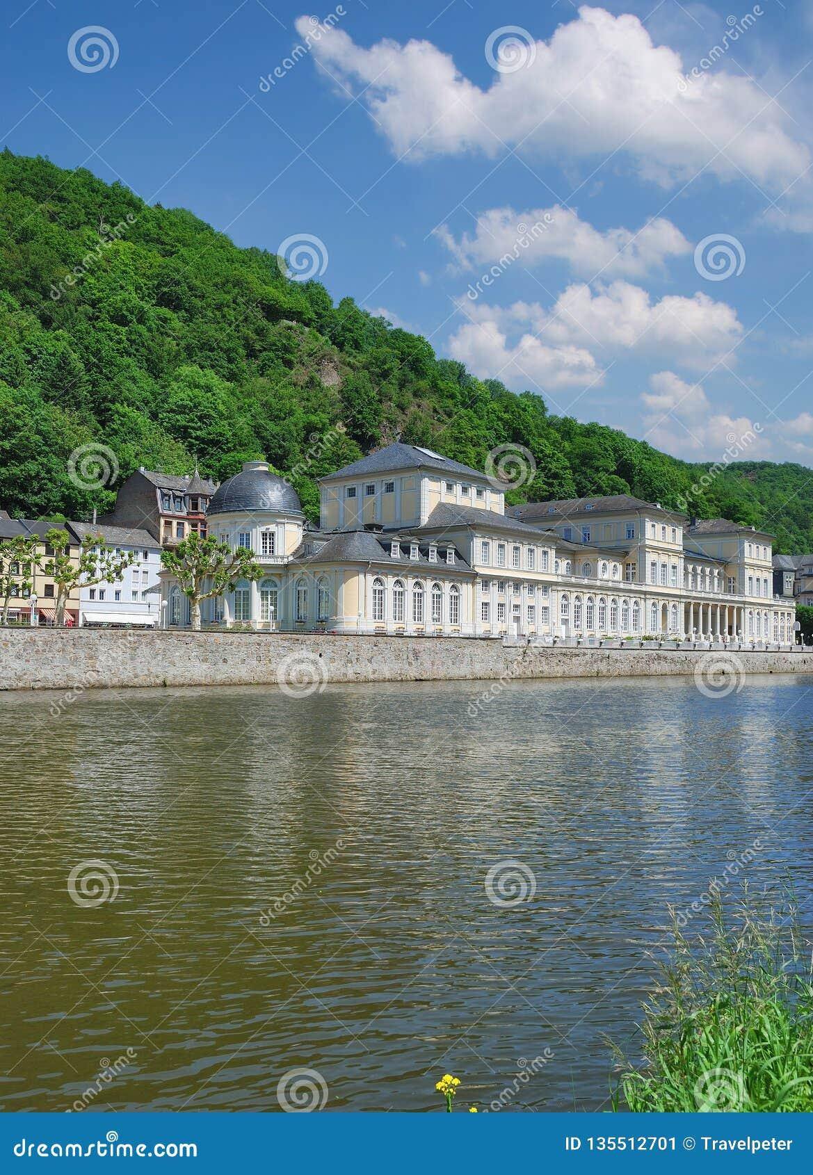 Promenad av Dålig-Ems, Lahn flod, Tyskland