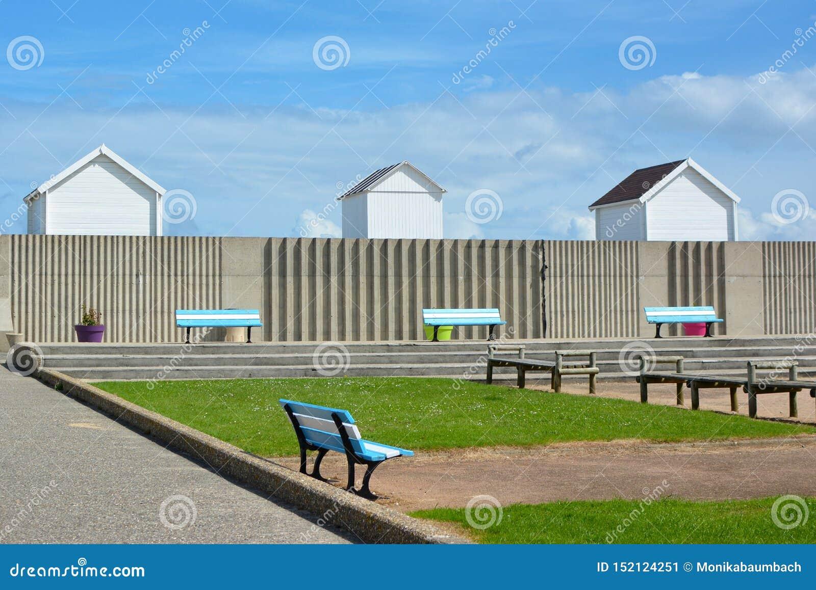 Promenade de bord de mer dans la ville du Saint-Aubin-sur-Mer dans le secteur de Caen Calvados dans Basse Normandie France du nor
