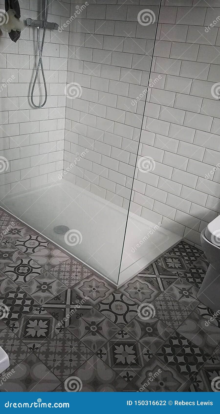 Promenade de compartiment de douche dans la douche