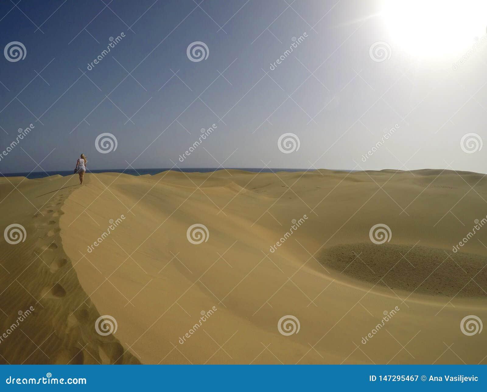 Promenade de fille dans le désert