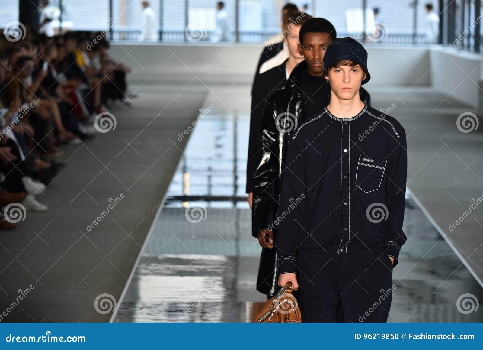 Promenade de modèles la finale de piste au PATRON - exposition de Hugo Boss